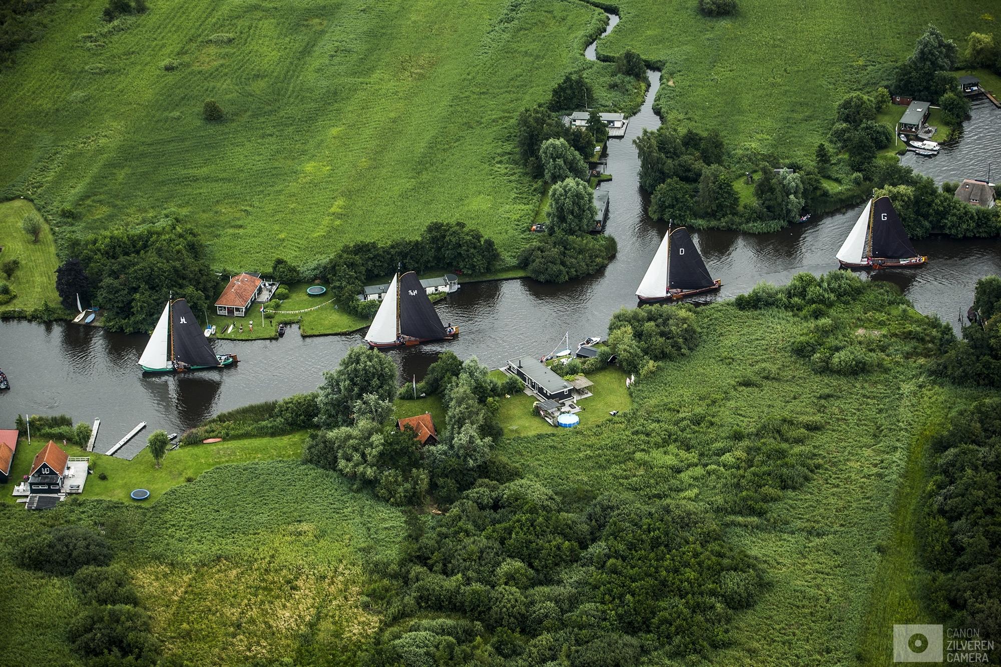 EERNEWOUDE - Luchtfoto van skutsjes in actie op het water bij Eernewoude tijdens de derde wedstrijd van het traditionele skutsjesilen. Twee weken lang strijden 14 traditionele Friese platbodems tegen elkaar op de meren van Friesland.