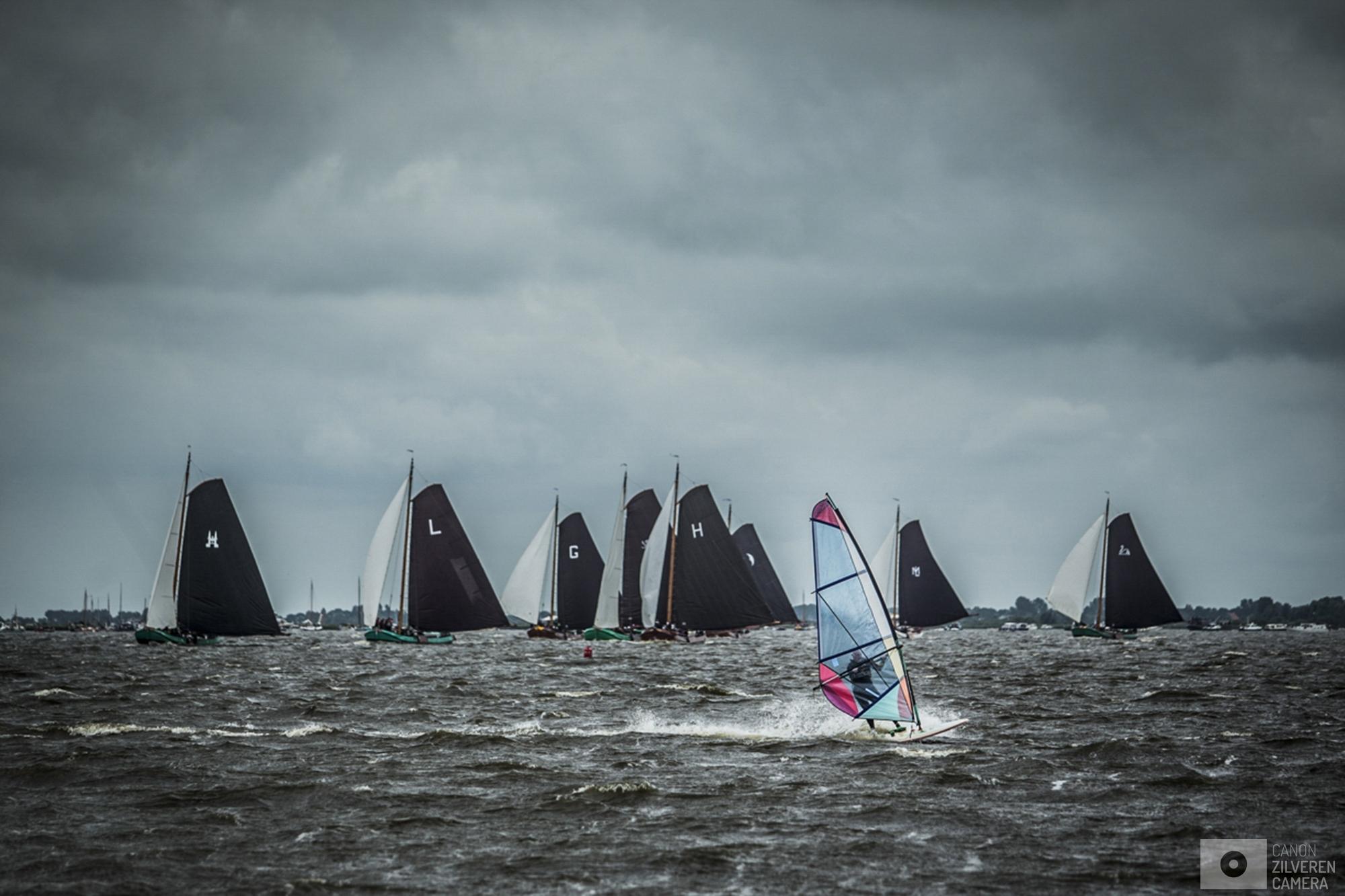 TERHERNE - Skutsjes in actie op het water bij Terherne tijdens de vierde wedstrijd van het traditionele skutsjesilen. Twee weken lang strijden 14 traditionele Friese platbodems tegen elkaar op de meren van Friesland.