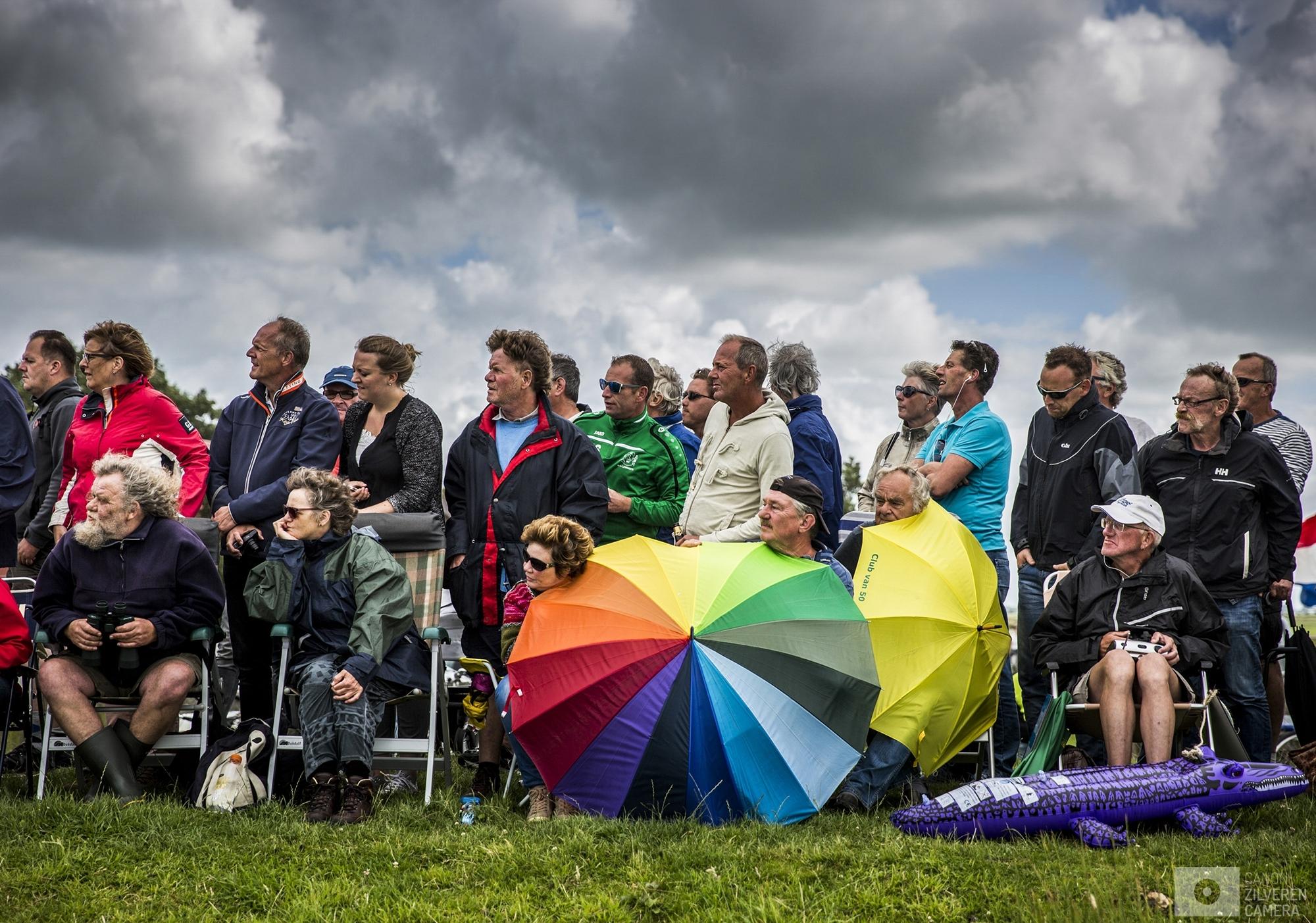 ELAHUIZEN - De zesde wedstrijd van het traditionele skutsjesilen. Twee weken lang strijden 14 traditionele Friese platbodems tegen elkaar op de meren van Friesland.