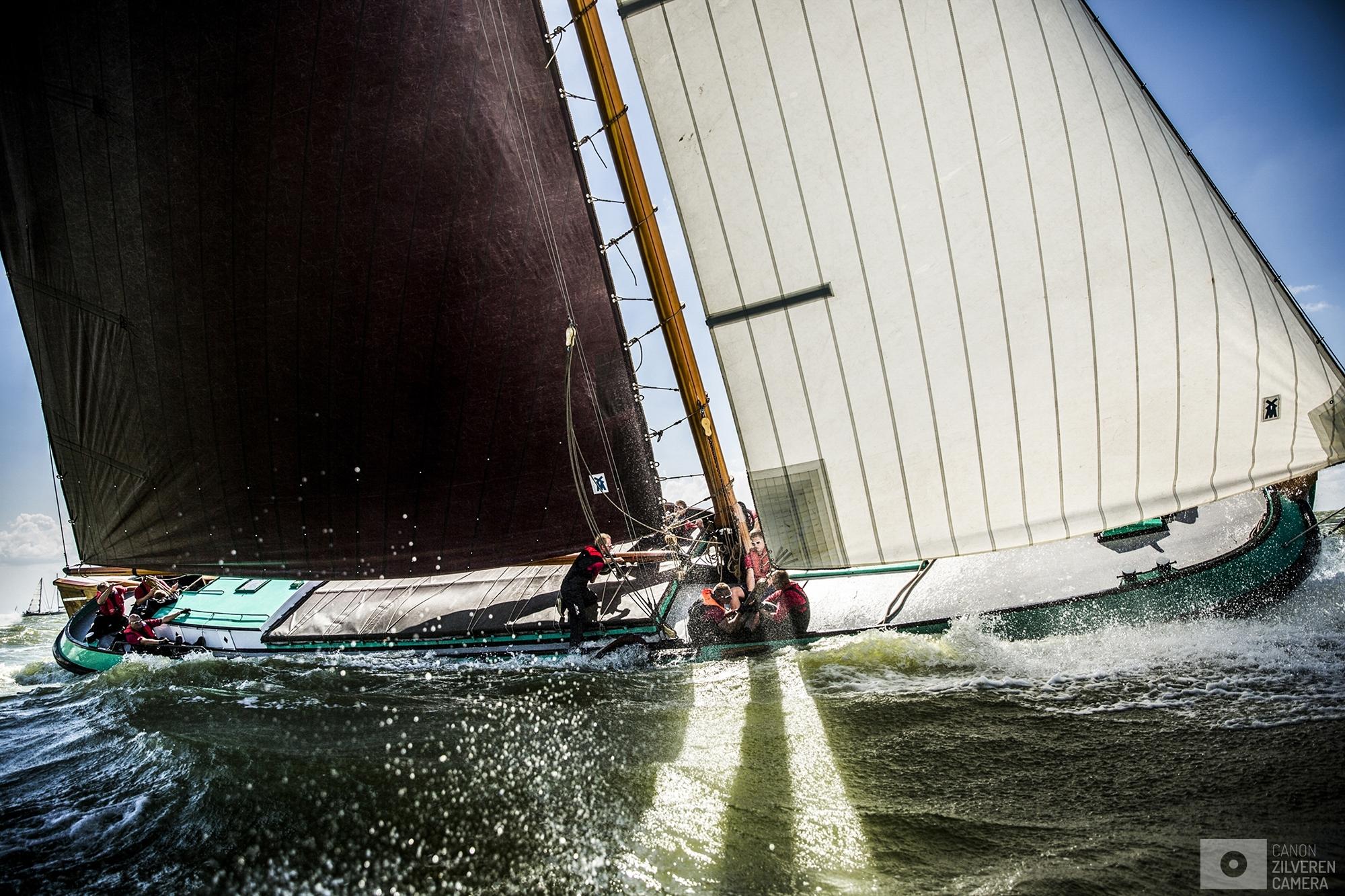 STAVOREN - Skutsjes in actie op het water bij Stavoren tijdens de zevende wedstrijd van het traditionele skutsjesilen. Twee weken lang strijden 14 traditionele Friese platbodems tegen elkaar op de meren van Friesland.