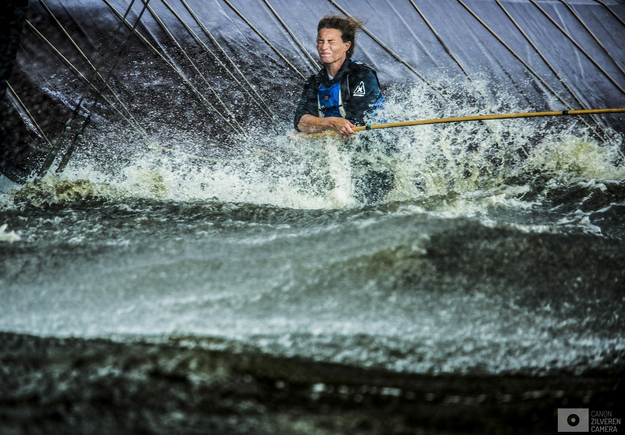 WOUDSEND - Skutsjes in actie op het water bij Woudsend tijdens de achtste wedstrijd van het traditionele skutsjesilen. Twee weken lang strijden 14 traditionele Friese platbodems tegen elkaar op de meren van Friesland.