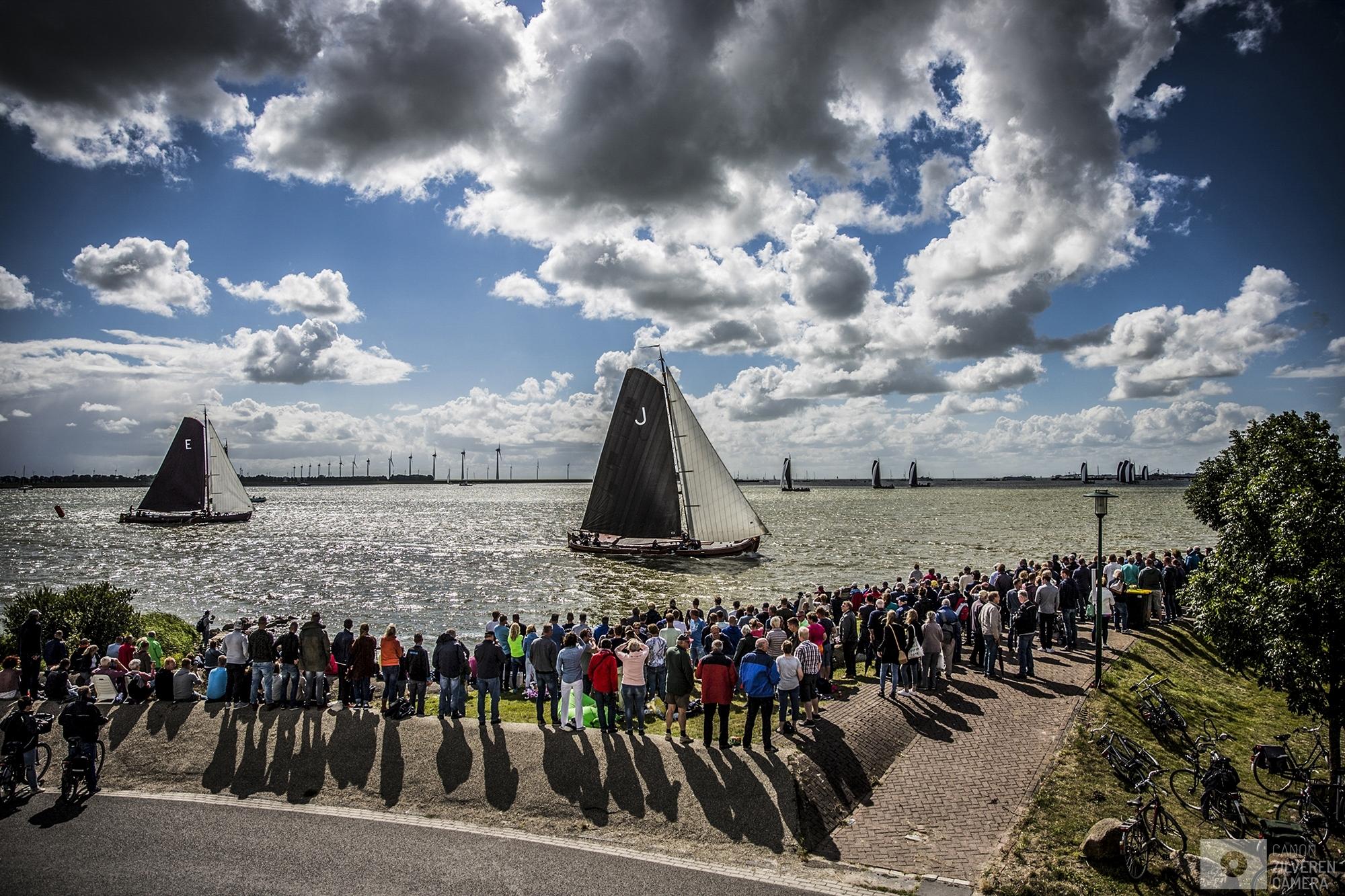 LEMMER - Skutsjes in actie op het water bij Lemmer tijdens de negende wedstrijd van het traditionele skutsjesilen. Twee weken lang strijden 14 traditionele Friese platbodems tegen elkaar op de meren van Friesland.