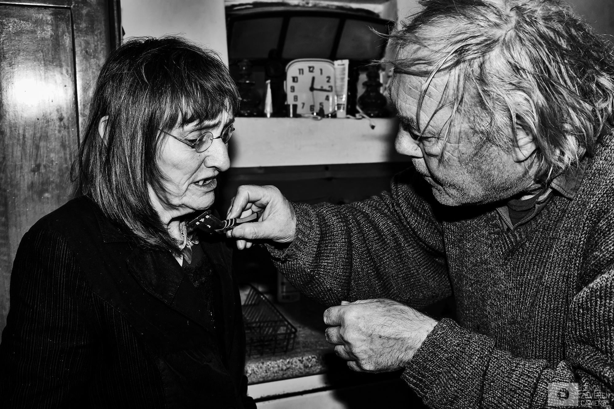 Netherlands, Eckelrade, 24.09.2015FRAGILE LOVE foto 11.Kim shaves Alda\'s beard.foto Chris Keulen