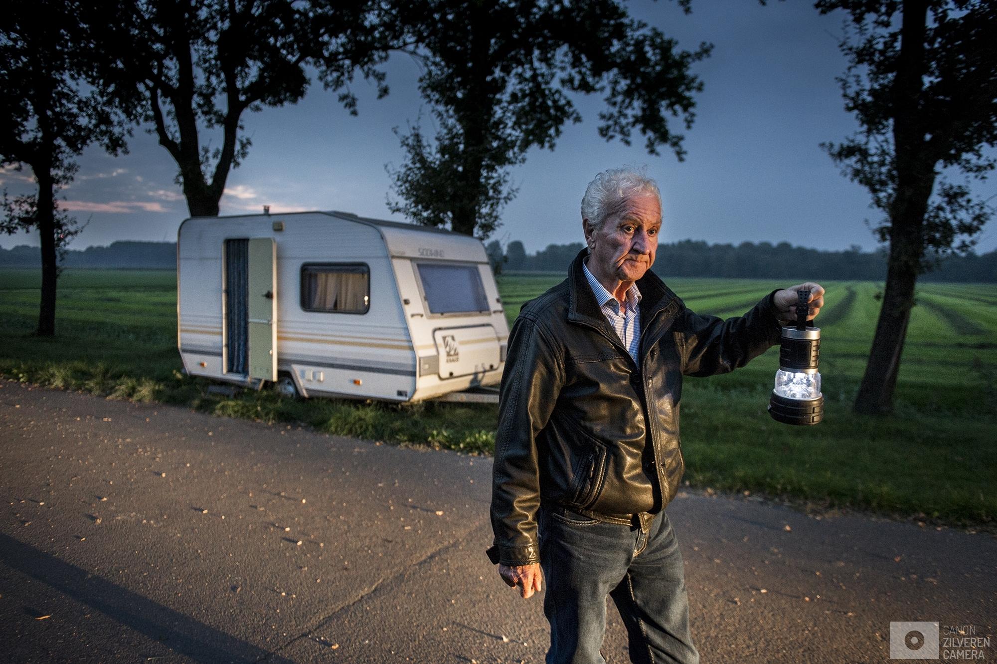 Nederland,Zeewolde,26-09-2017even met EHSNumr 3Jan .77 jaar en woont al meer dan 9 jaar in een caravan op het terrein bij een boer in Zeewolde Jan is Electro gevoelig , en werkelijk als waar stroom door loopt word hij ziek van, en ook masten ,  Jan Had het helemaal voor elkaar hij had een pracht flat met allemaal mooie nieuwe spulletjes . niet lang na dat hij er woonden kreeg hij rare klachten , hij kon niet meer slapen zijn spieren deden pijn zijn slijmvliezen gaan dicht zitten, hoofdpijn duizeligheid misselijkheid. Van de zend masten op dak,  Jan likte 7 paracetamol per dag.Alleen om zijn kleren te wassen en te douchen gaat jan nu nog naar zijn flat. Lang houd hij het daar niet vol. Volgens jan zitten er aan alle kanten van zijn flat dektelefoon en wifi straling . En is zijn flat dus eigelijk een magnetron . Hij mist de gezelligheid van zijn flat te kunnen koken tv kijken gewoon naar de wc te gaan.eenmaal terug in zijn caravan heeft hij een paar dagen nodig om bij te komen. Overal is straling dus Jan heeft de caravan afgeschermd met folie. De meesten van de tijd zit hij in de caravan daar is het redelijk uit te houden. Maar in de winter is het koud  en vaak niet warm te krijgen, in de zomer is het soms snik heet 34 C buiten dus 45 c graden binnen .Zijn vorige caravan is tijdens een storm kapot gewaaid. Afgelopen week heeft hij een groter caravan waar in wc in zit gekregen , maar voor deze krijg  moest hij het doen zonder water en wc.  elke ochtend gaat jan koffie drinken bij de iemand van  de vereniging. CPLD , daar na gaat hij bijna rennend door de winkel om maar zo min mogelijk blootgesteld te worden aan alle WIFI stralingen , 'thuis' aangekomen is hij dan vaak uitgeput en heeft de rest van de dag nodig om te herstellen . Wat hij de hele dag doet is lezen van de bijbel en dan daar weer van uitrusten. Na de kerk gaat hij niet want ook daar is wifi .  Voor hem zelf ziet hij het niet meer goed komen hij weet ook niet waar hij nog op hoopt. Afgelopen tijd is jan naa