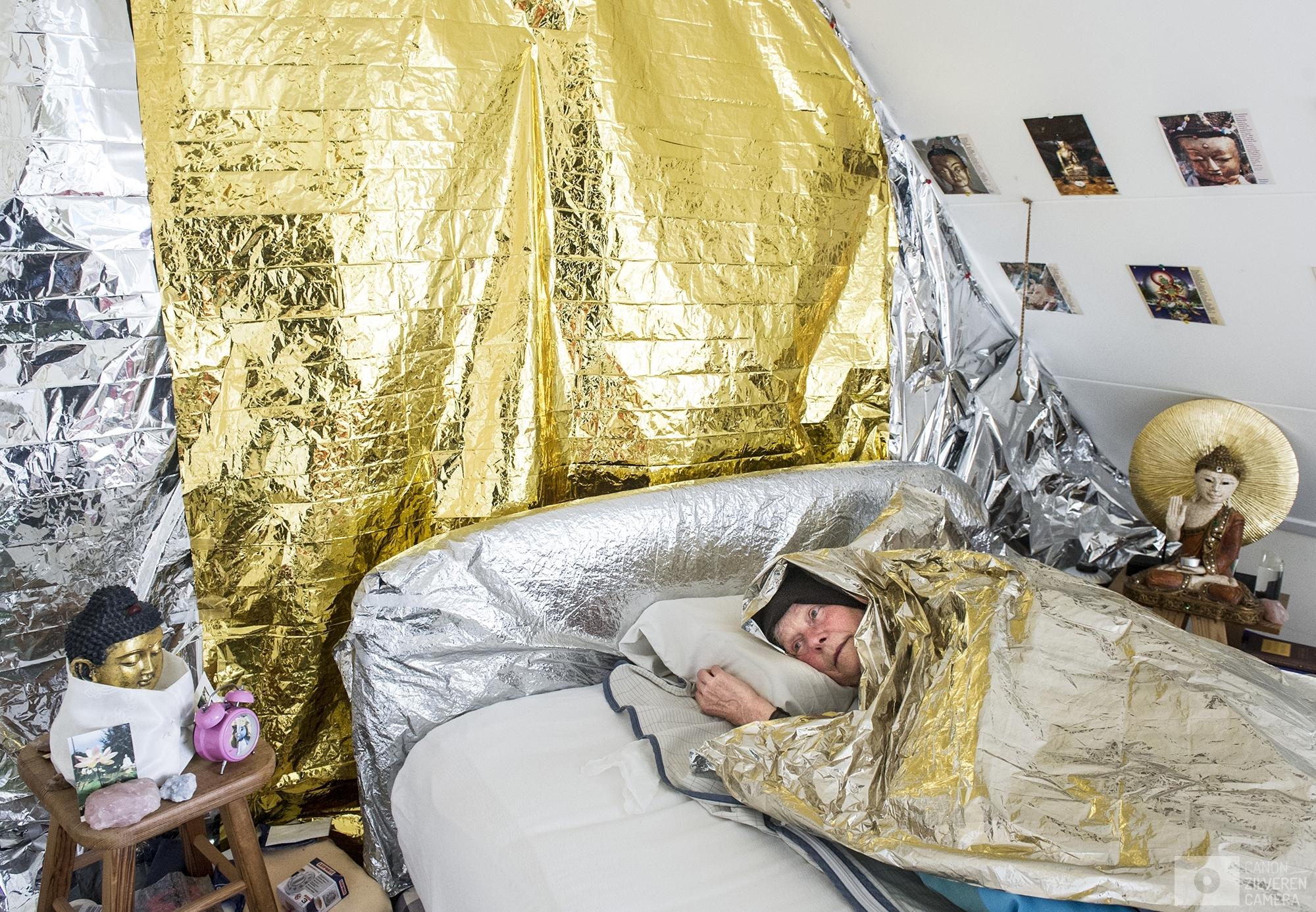 leven met EHS  Nederland, zaanstad . 03-10-2017numr 5Maria van Tongeren. 71 jaar . Heeft zins 2001 last van stralingen.Ze woonde eerste in Hartje Amsterdam maar daar was het niet meer vol te houden door de zendmasten schuin tegenover haar huis.   . Ze is verhuisd in de hoop dat ze daar beter af zou zijn naar Zaanstad.Maar al snel bleek dat er dicht bij haar huis een kerktoren stond waar een UMTS mast op zat die recht op haar slaap kamer straalde . Ze heeft echt als geprobeerd om er voor te zorgen dat er minder straling was. Rechtszaken brieven aan de gemeenten , woningbouw maar overal krijgt ze nee te horen. volgens  Maria schuilen de artsen achter de beweringen van de gezondheidsraad dat er geen spraken kan zijn EHS.Een kant van haar woning is helemaal afgeplakt met aluminium folie onder en boven. Het huis is maar half af , wonen wil ze er eigelijk niet maar weg kan ze ook niet . Al haar geld is opgegaan aan aanpassingen voor het verminderen van de ehs klachten. Ze is al heel blij als ze geld heeft voor een nieuwe spijkerbroek. Zoals een aantal vrienden van haar wel hebben gedaan heeft ze zelfmoord overwogen , toen is haar verhaal naar buiten gaan brengen.en bij de overheid gaan aankloppen. Maar inmiddels heeft ze niet zo meer de behoeft om haar verhaal naar buiten te brengen, mensen geloven haar toch meestal niet, omdat ze zelf geen last van hebben. Via het opbouwen van immuun systeem  hoopt dat ze er beter tegen kan. Ze ervaart het wel vechten tegen bier kaai , omdat er steeds meer masten bij komen . Waardoor de klachten steeds meer verergeren. Ze ziet de toekomst somber in door de komst van de 5 g en door dat straks als verbonden is met internet.  volgens Maria worden ze Niet erkend , dus ook niet geholpen .