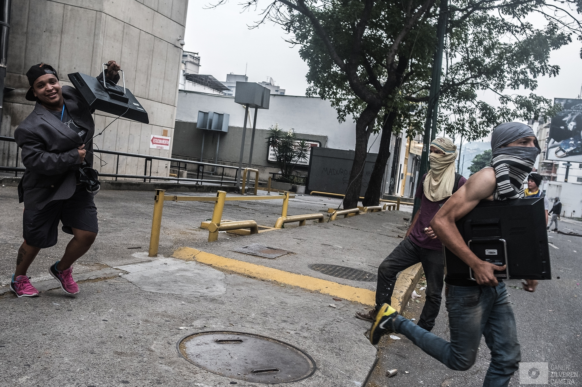 Looting in Caracas.