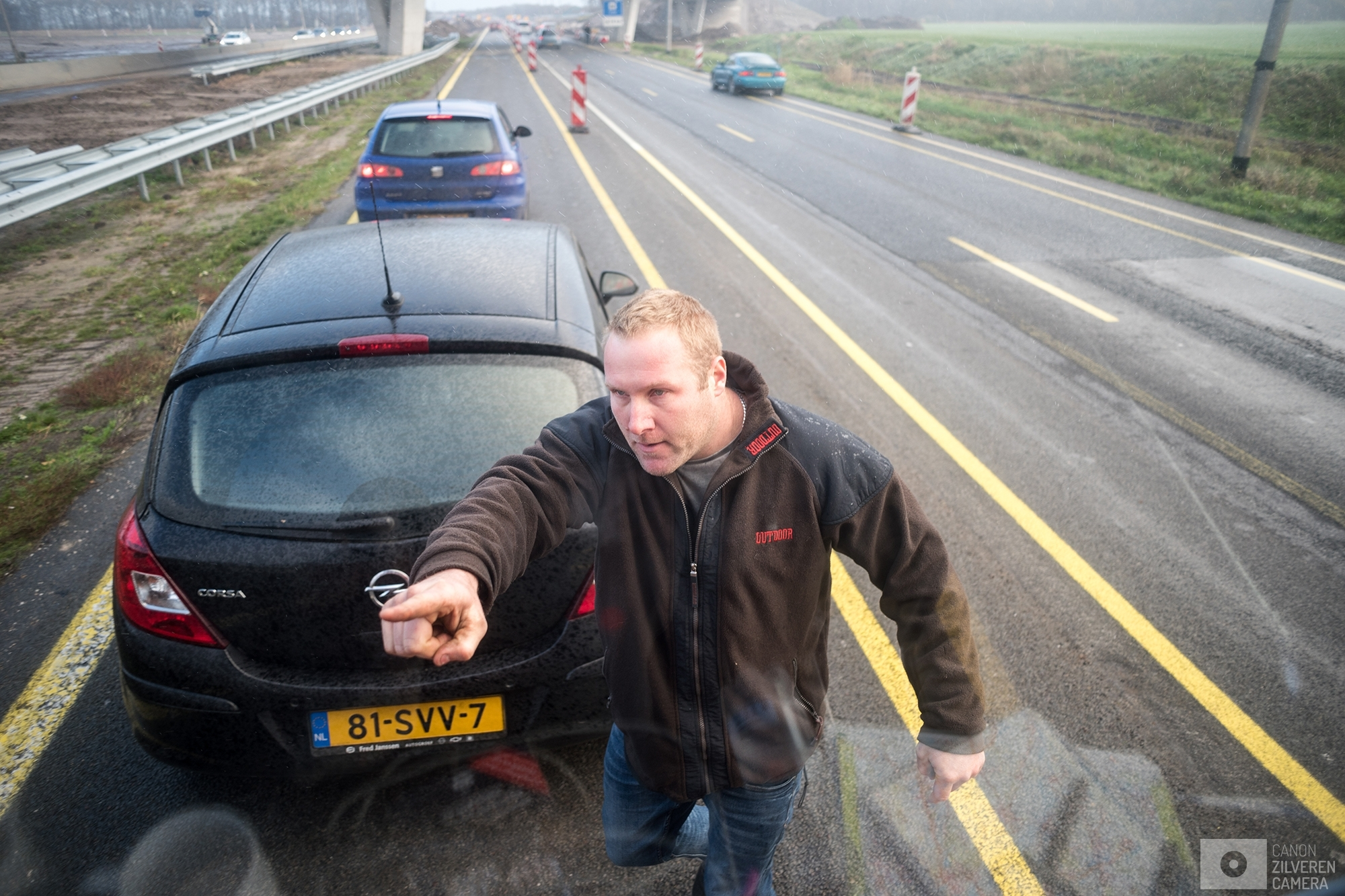 OUDEHASKE | A man opposing the Anti Black-Pete group from heading towards Dokkum is poiting his finger at the bus driver telling him to stop driving.| #3