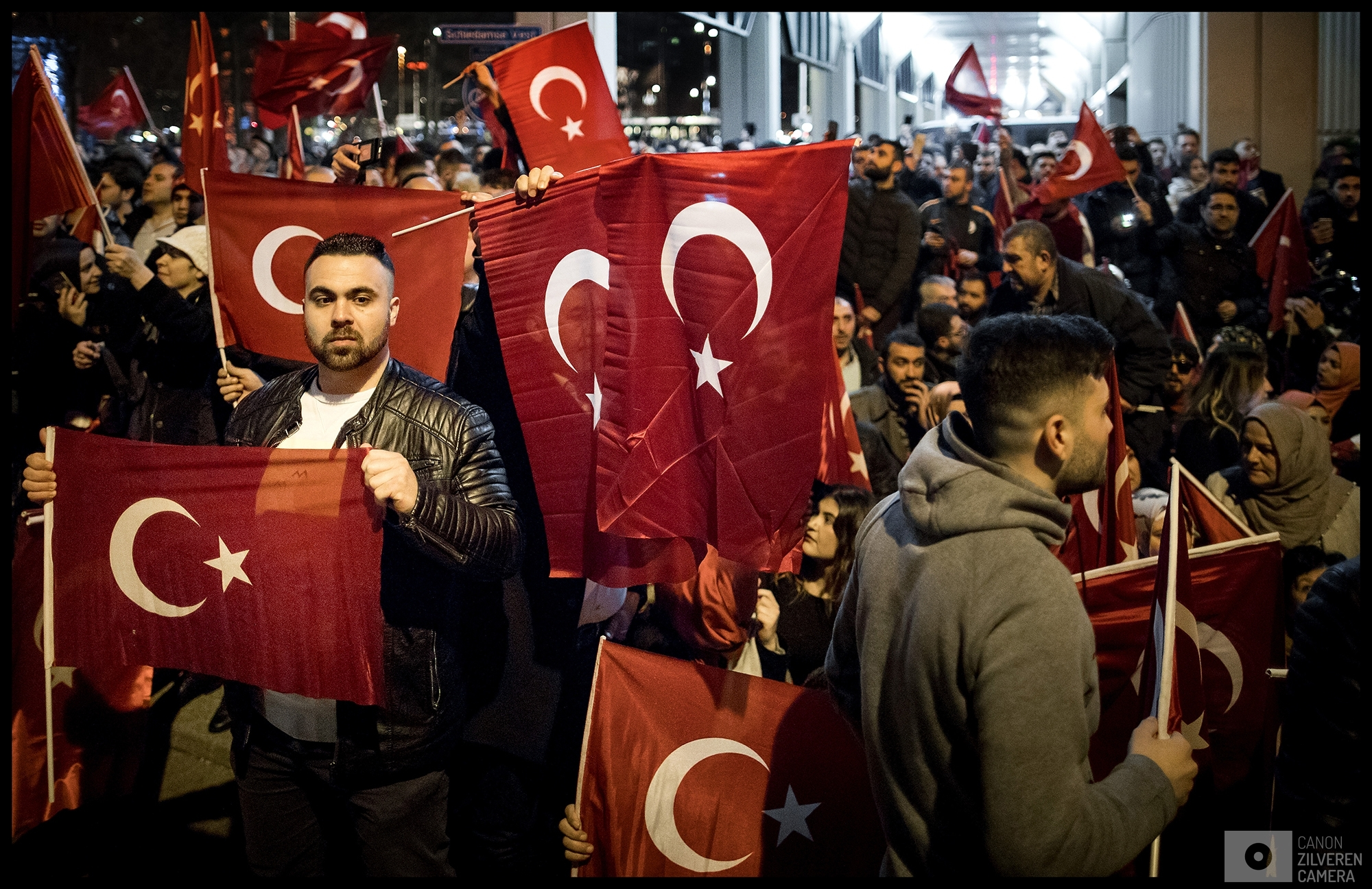 ROTTERDAM - Een woedende menigte van Turks Nederlandse Erdogan-aanhangers demonstreert bij het Turkse consulaat aan Westblaak in Rotterdam. waar de Turkse minister Fatma Betul Sayan Kaya van Familiezaken en toespraak wil houden over het Turkse referendum. Eerder op de dag is bekend geworden dat de minister met een auto vanuit Duitsland naar Rotterdam komt.