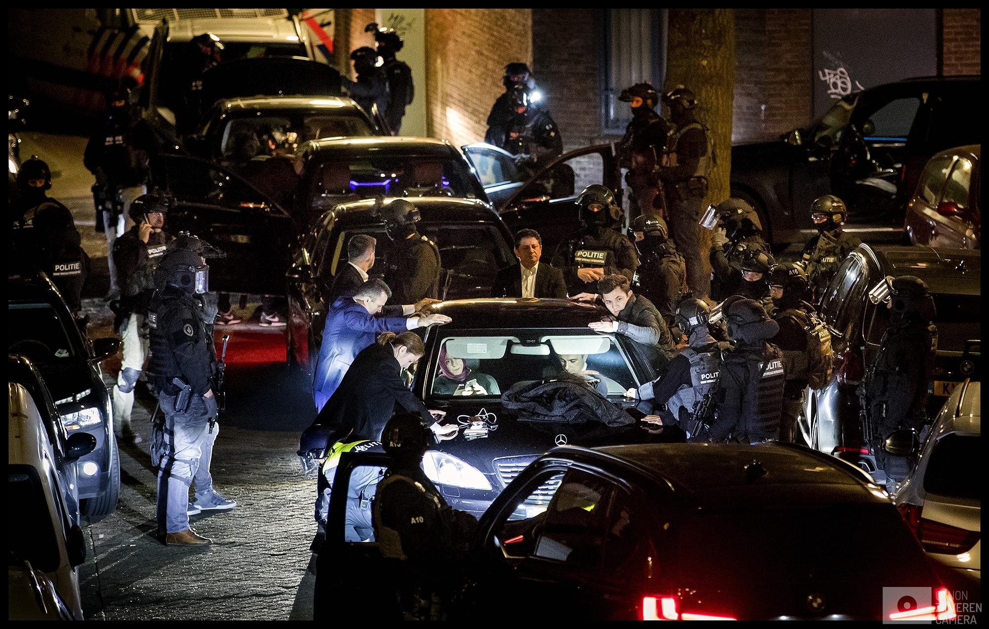 ROTTERDAM - Bodyguards van de Turkse minister Fatma Betul Sayan Kaya van Familiezaken worden door de Dienst Speciale Interventies gefouilleerd wegens vermoedelijk wapenbezit. De minister wacht in haar auto aan de achterkant van het Turkse consulaat in Rotterdam. Aan de voorkant staat een woedende menigte van Turks Nederlandse Erdogan-aanhangers.