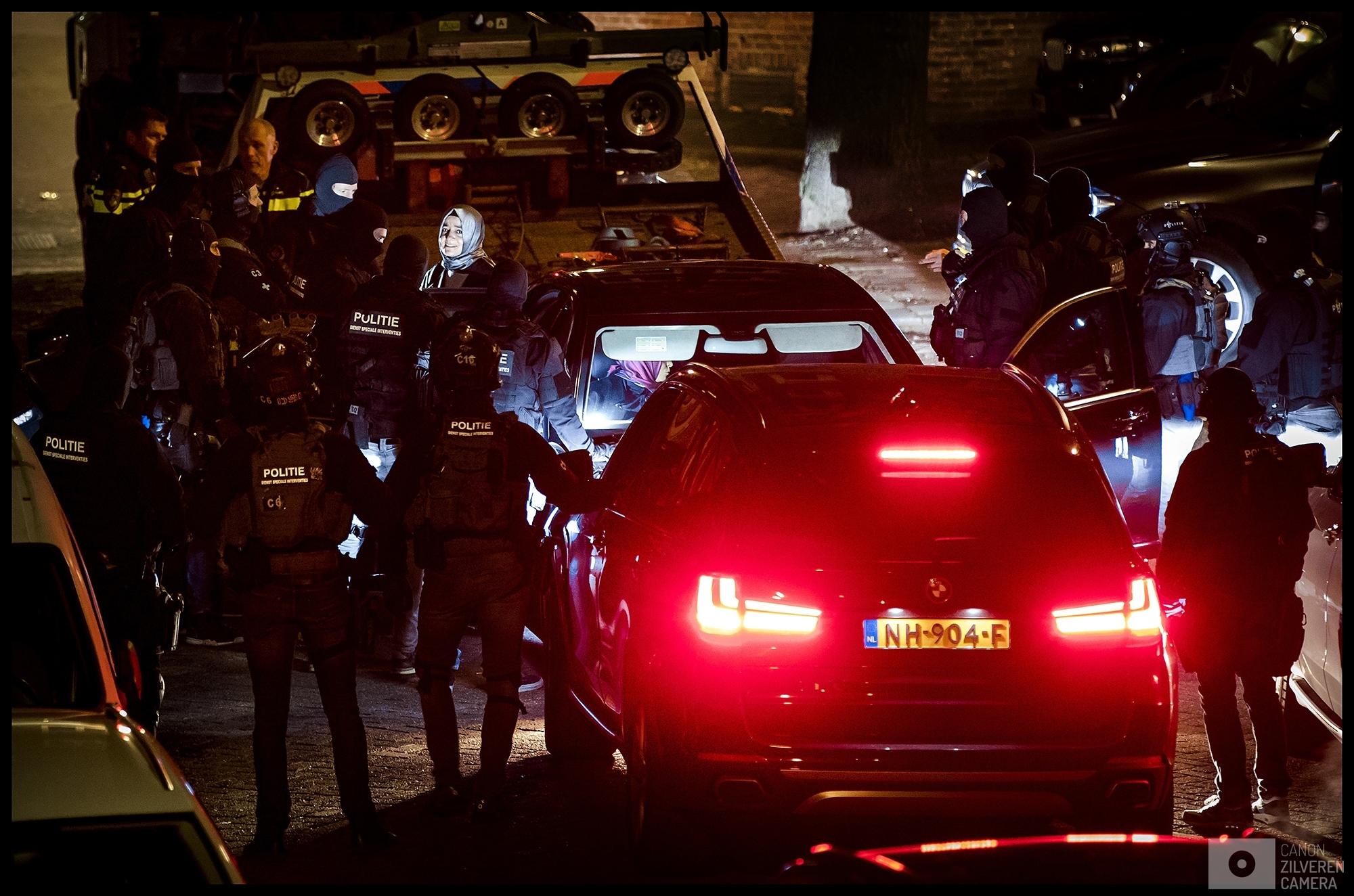 ROTTERDAM - De politie onderhandeld met de Turkse minister Fatma Betul Sayan Kaya van Familiezaken nadat gedreigd is de minister in haar auto met de klaarstaande kraanwagen weg te slepen.