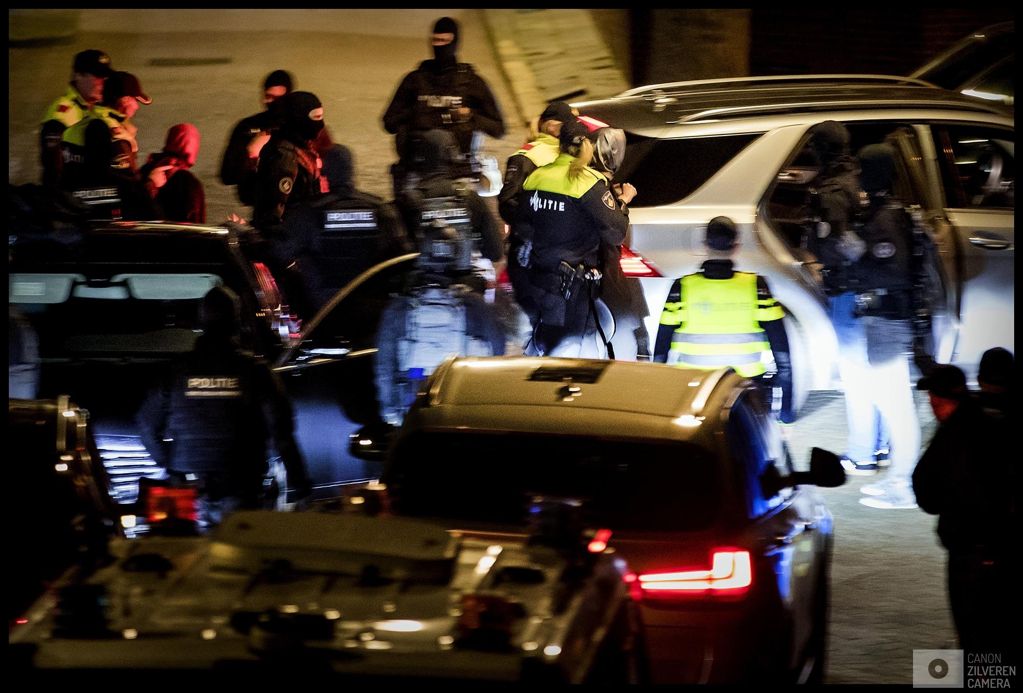 ROTTERDAM - Aan het eind van de avond voert de politie de Turkse minister Fatma Betul Sayan Kaya van Familiezaken met zachte dwang af nadat gedreigd is de minister in haar auto met een kraanwagen weg te slepen.