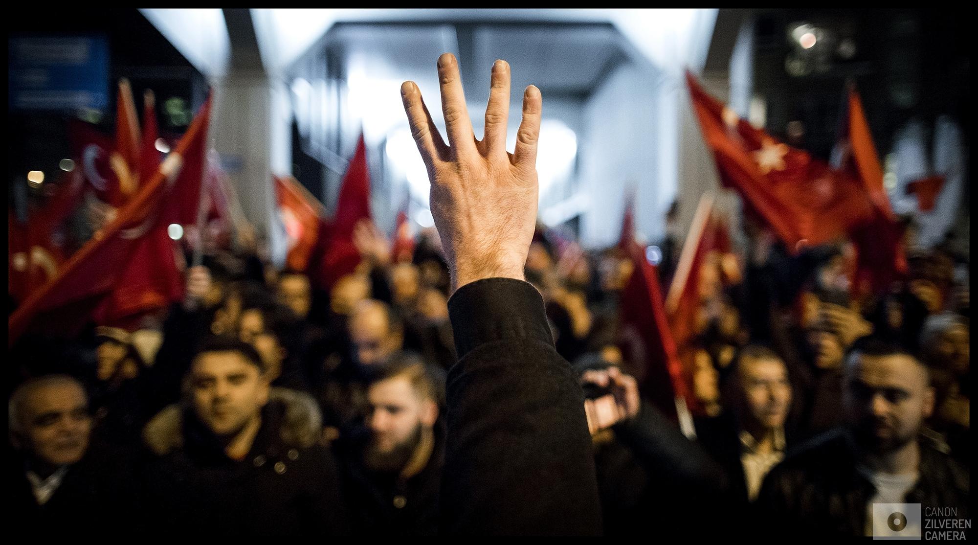 ROTTERDAM - Een demonstrant maakt het rabaa-teken, een teken van steun aan de AKP Partij van Erdogan. Een woedende menigte van Turks Nederlandse Erdogan-aanhangers demonstreert bij het Turkse consulaat aan Westblaak in Rotterdam, waar de Turkse minister Fatma Betul Sayan Kaya van Familiezaken en toespraak wil houden over het Turkse referendum. Eerder op de dag is bekend geworden dat de minister met een auto vanuit Duitsland naar Rotterdam komt.