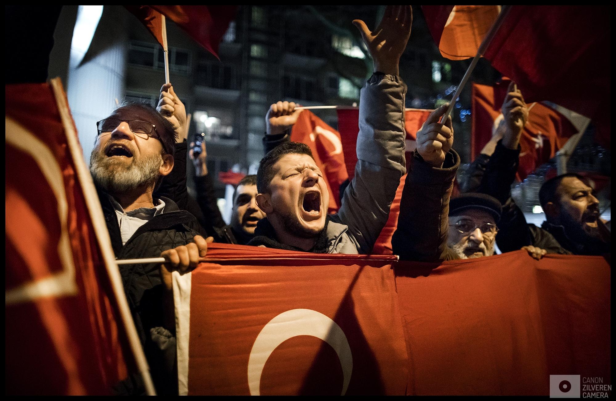 ROTTERDAM - Een woedende menigte van Turks Nederlandse Erdogan-aanhangers demonstreert bij het Turkse consulaat aan Westblaak in Rotterdam, waar de Turkse minister Fatma Betul Sayan Kaya van Familiezaken en toespraak wil houden over het Turkse referendum. Eerder op de dag is bekend geworden dat de minister met een auto vanuit Duitsland naar Rotterdam komt.