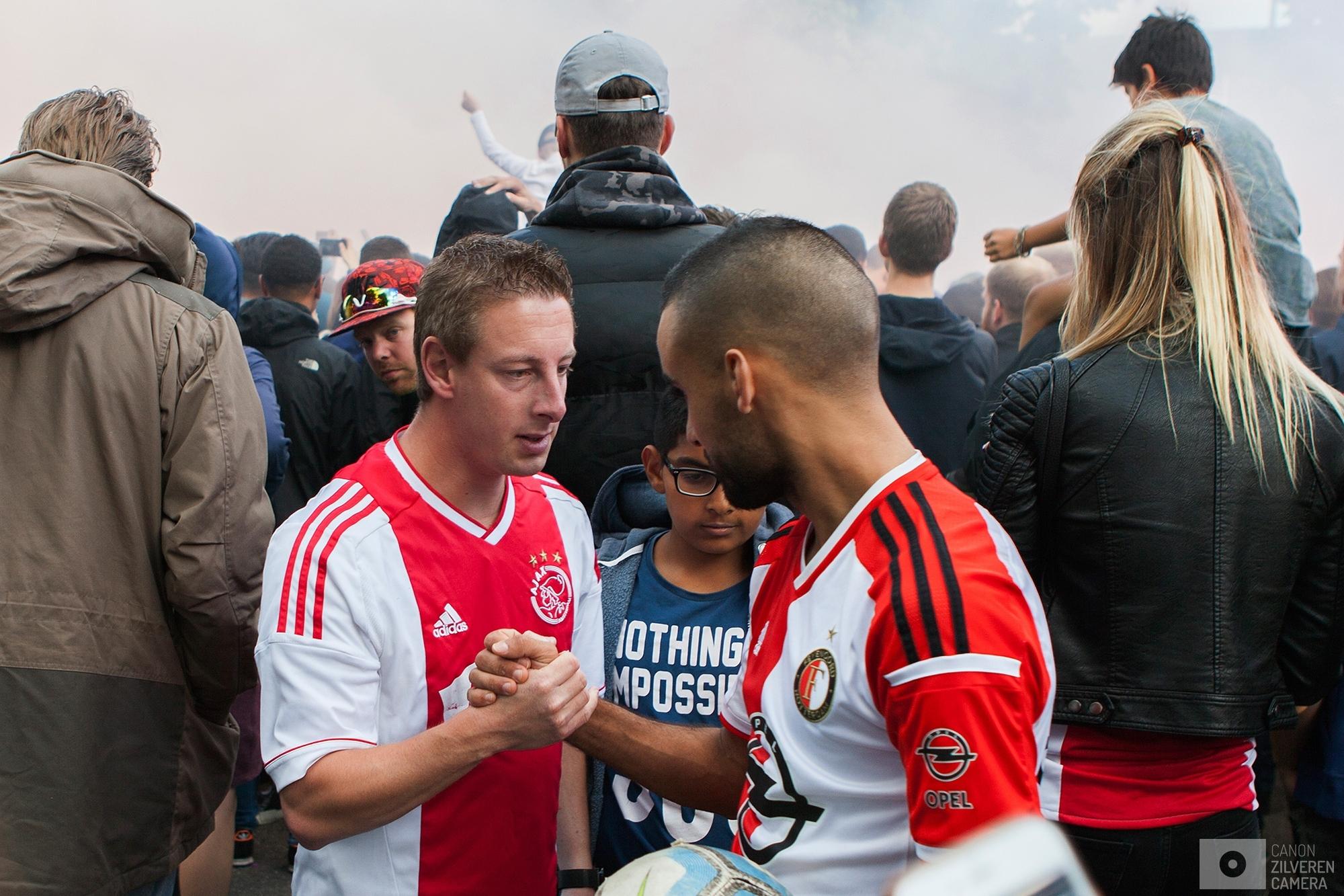 Foto 7 van 11De carrière van de talentvolle voetballer Abdelhak Nouri werd op 8 juli 2017 in de kiem gesmoord. Tijdens een oefenduel in het Oostenrijkse Zillertal werd de kleine Ajacied onwel en zakte in elkaar.Enkele dagen later werd bekend dat hij blijvende en ernstige hersenschade had opgelopen.De golf van collectief verdriet die toen door (voetballend) Nederland trok liet geen ruimte voor rivaliteit maar zorgde voor verbroedering om te bidden voor een zo'n positief mogelijke afloop voor Abdelhak.