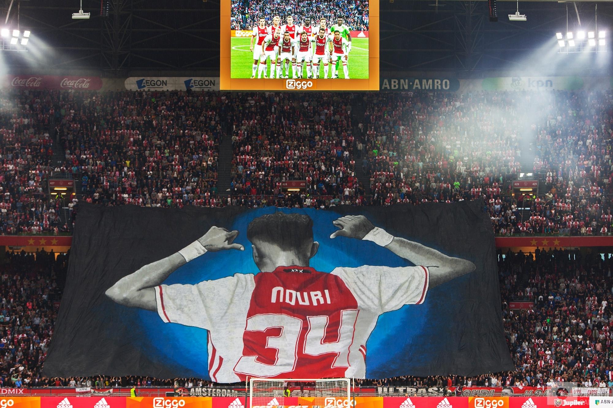 Foto 11 van 11De carrière van de talentvolle voetballer Abdelhak Nouri werd op 8 juli 2017 in de kiem gesmoord. Tijdens een oefenduel in het Oostenrijkse Zillertal werd de kleine Ajacied onwel en zakte in elkaar.Enkele dagen later werd bekend dat hij blijvende en ernstige hersenschade had opgelopen.De golf van collectief verdriet die toen door (voetballend) Nederland trok liet geen ruimte voor rivaliteit maar zorgde voor verbroedering om te bidden voor een zo'n positief mogelijke afloop voor Abdelhak.
