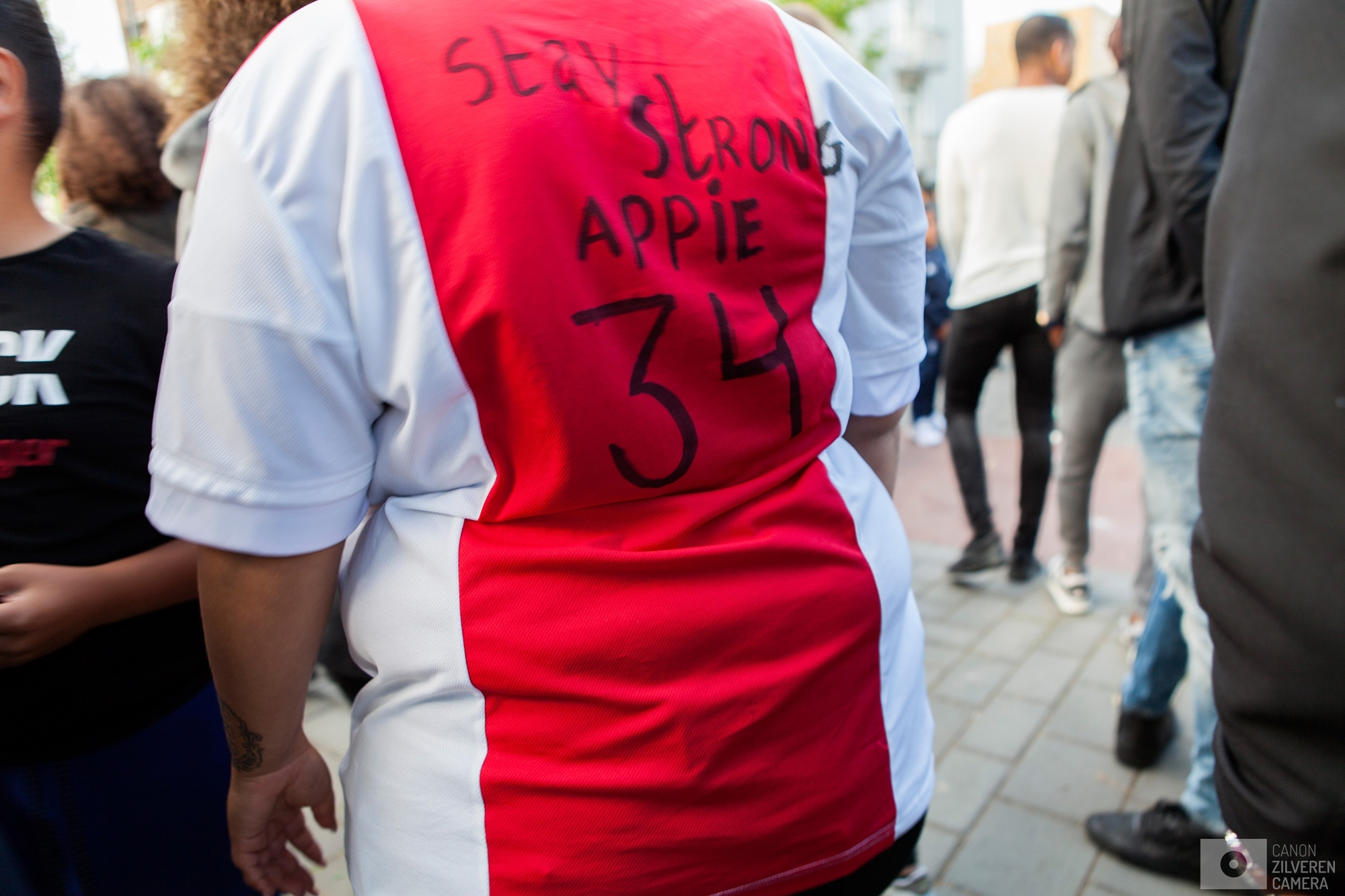 Foto 4 van 11De carrière van de talentvolle voetballer Abdelhak Nouri werd op 8 juli 2017 in de kiem gesmoord. Tijdens een oefenduel in het Oostenrijkse Zillertal werd de kleine Ajacied onwel en zakte in elkaar.Enkele dagen later werd bekend dat hij blijvende en ernstige hersenschade had opgelopen.De golf van collectief verdriet die toen door (voetballend) Nederland trok liet geen ruimte voor rivaliteit maar zorgde voor verbroedering om te bidden voor een zo'n positief mogelijke afloop voor Abdelhak.