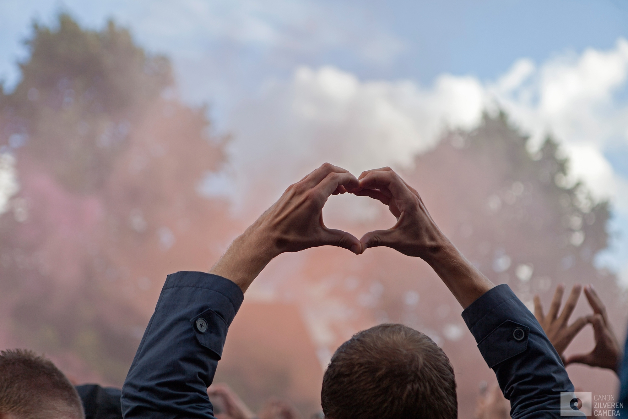 Foto 6 van 11De carrière van de talentvolle voetballer Abdelhak Nouri werd op 8 juli 2017 in de kiem gesmoord. Tijdens een oefenduel in het Oostenrijkse Zillertal werd de kleine Ajacied onwel en zakte in elkaar.Enkele dagen later werd bekend dat hij blijvende en ernstige hersenschade had opgelopen.De golf van collectief verdriet die toen door (voetballend) Nederland trok liet geen ruimte voor rivaliteit maar zorgde voor verbroedering om te bidden voor een zo'n positief mogelijke afloop voor Abdelhak.