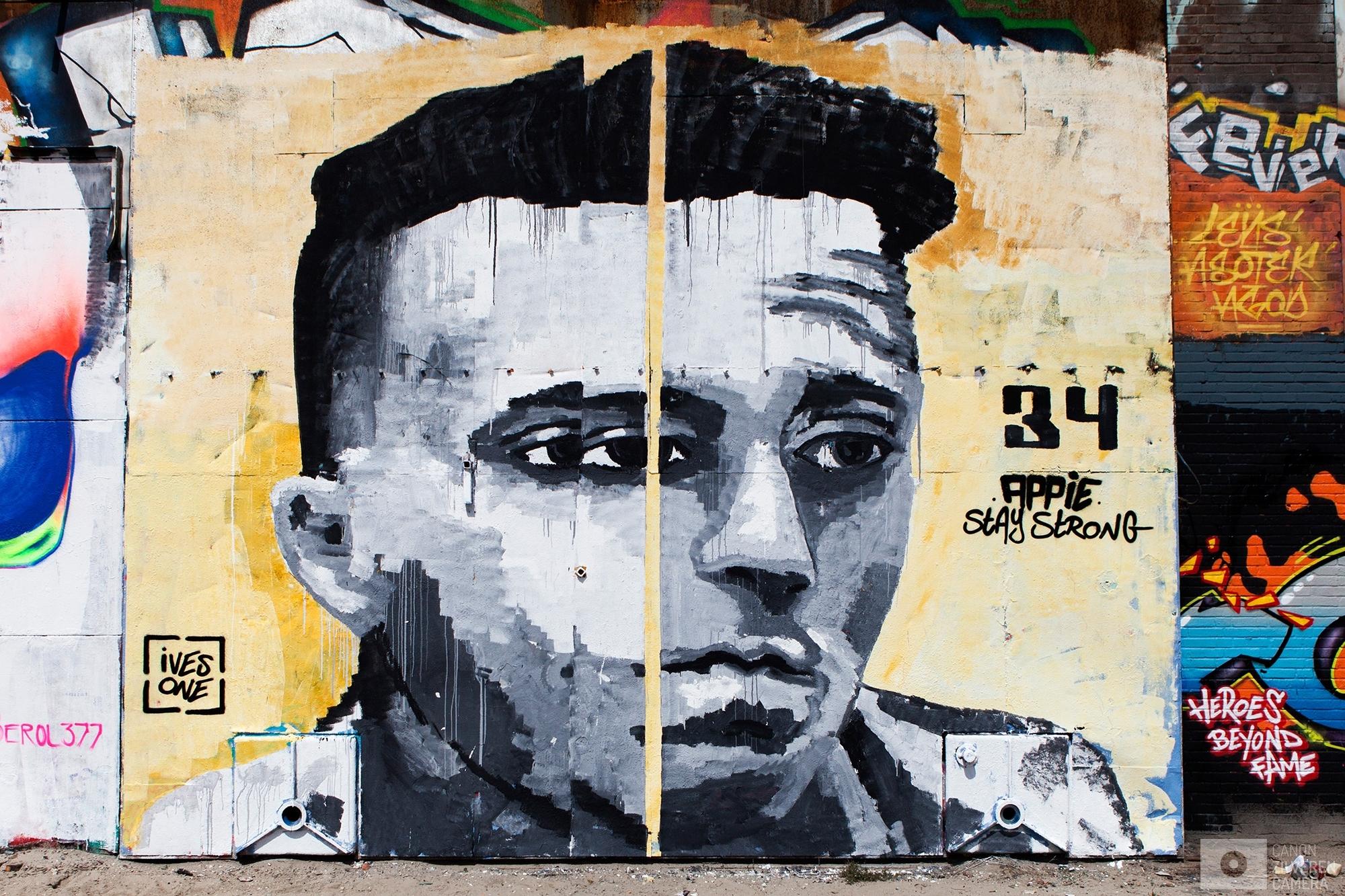 Foto 9 van 11De carrière van de talentvolle voetballer Abdelhak Nouri werd op 8 juli 2017 in de kiem gesmoord. Tijdens een oefenduel in het Oostenrijkse Zillertal werd de kleine Ajacied onwel en zakte in elkaar.Enkele dagen later werd bekend dat hij blijvende en ernstige hersenschade had opgelopen.De golf van collectief verdriet die toen door (voetballend) Nederland trok liet geen ruimte voor rivaliteit maar zorgde voor verbroedering om te bidden voor een zo'n positief mogelijke afloop voor Abdelhak.