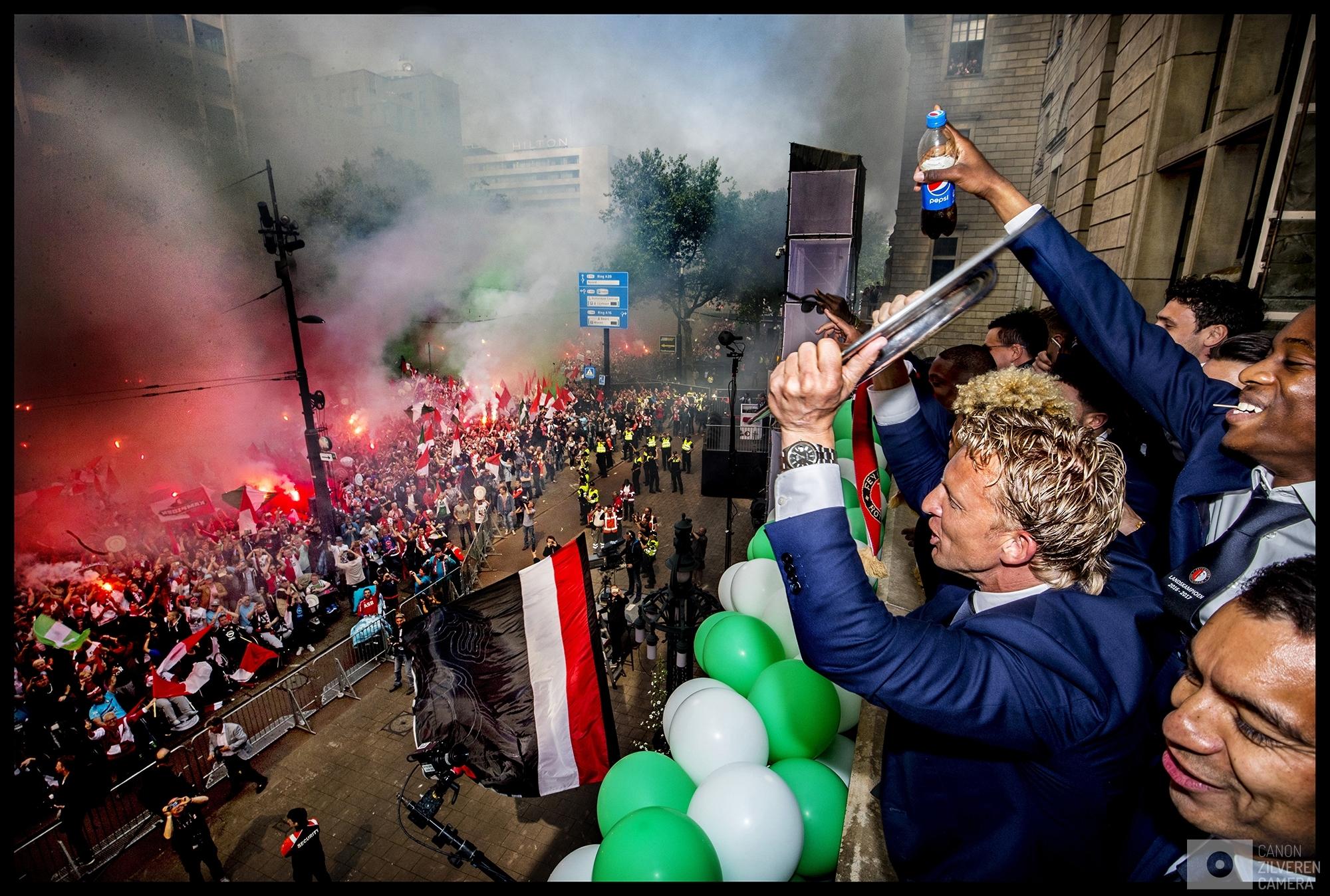 Nederland, Rotterdam, 15-05-2017Serie landskampioenschap Feyenoord seizoen 2016/2017Foto 9Vanaf het bordes van het Rotterdamse stadhuis toont Dirk Kuyt samen met trainer Giovanni van Bronckhorst de schaal. Het publiek ontploft van vreugde en steekt massaal de rood-witte fakkels aan.