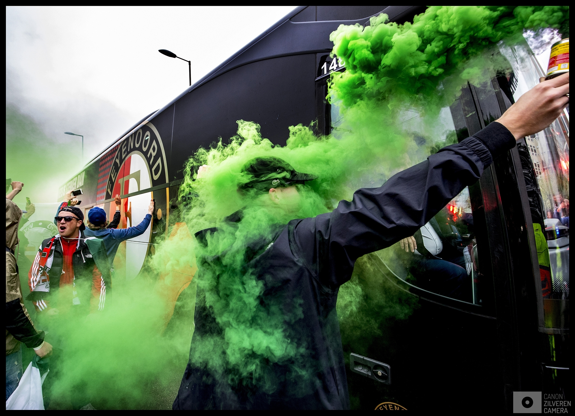 Nederland, Rotterdam, 07-05-2017Serie landskampioenschap Feyenoord seizoen 2016/2017Foto 1De Feyenoord-bus komt aan bij het stadion Woudestein voor het duel tegen Excelsior waar Feyenoord de kans had om landskampioen te worden maar ze werden door de stadgenoot verslagen en moesten nog een week wachten waarna het tegen Heracles in de Kuip wel lukte de eerste landstitel sinds 18 jaar binnen te halen.