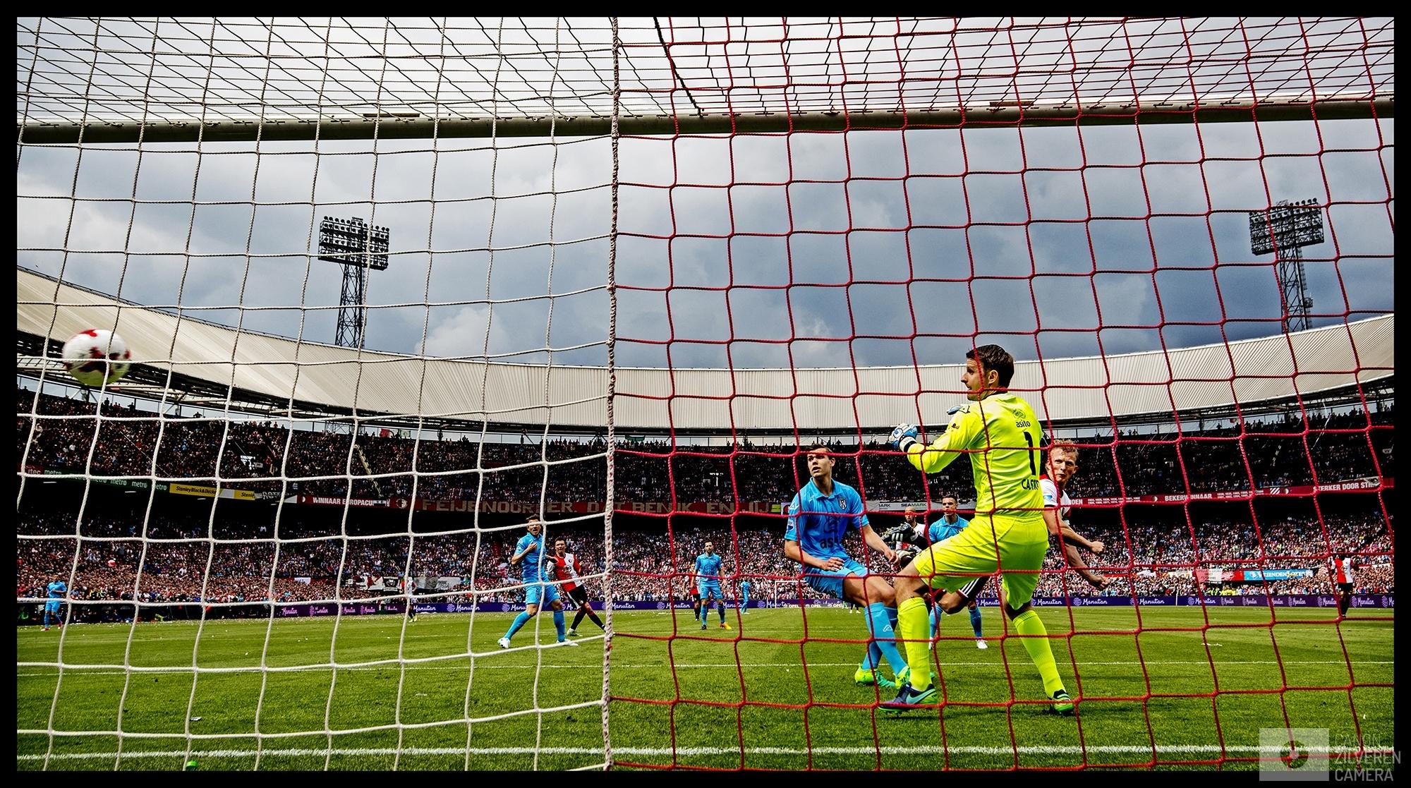 Nederland, Rotterdam, 14-05-2017Foto 4Serie landskampioenschap Feyenoordseizoen 2016/2017Dirk Kuyt maakt hangend in de lucht met een rake kopbal 2-0. De tweede van de Feyenoord-aanvoerder die zijn laatste wedstrijd als profvoetballer met een hattrick bekroont. In zijn eentje maakt hij Feyenoord landskampioen.