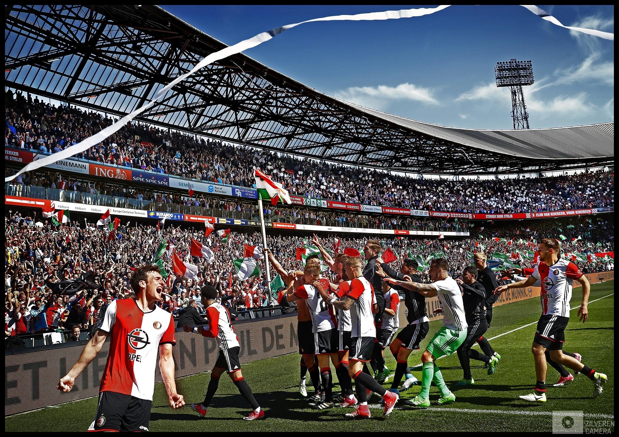 Nederland, Rotterdam, 14-05-2017Serie landskampioenschap Feyenoord seizoen 2016/2017Foto 5Na de 3-0 rent Kuyt naar de hoekvlag en steekt hem triomfantelijk omhoog waarna hij een de tienduizenden Feyenoord-fans het kampioenschap beginnen te vieren nog voordat het laatste fluitsignaal heeft geklonken.