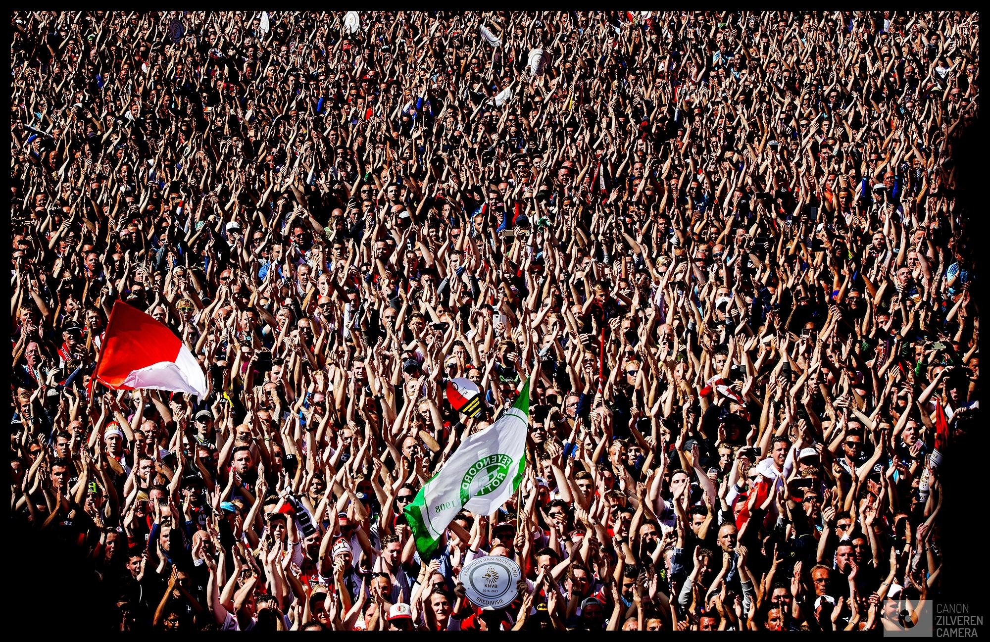 Nederland, Rotterdam, 15-05-2017Serie landskampioenschap Feyenoord seizoen 2016/2017Foto 8Voor het balkon van het Rotterdamse stadhuis kunnen de Rotterdammers doen waar zij 18 jaar op gewacht hebben; Het schreeuwen en juichen  naar hun Kampioenen die vanaf het bordes de kampioensschaal tonen.