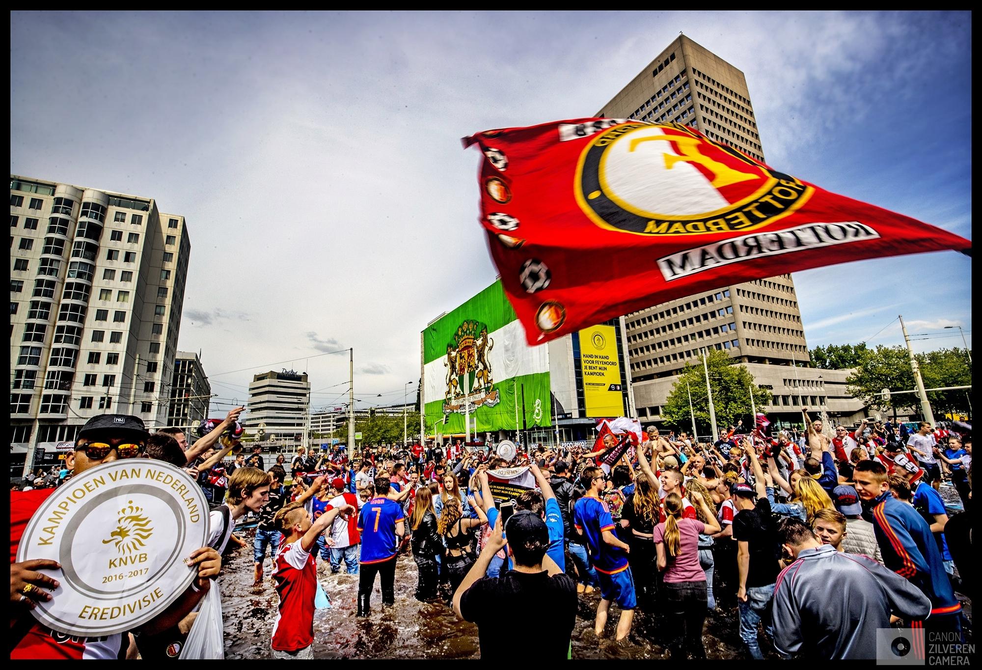 Nederland, Rotterdam, 15-05-2017Serie landskampioenschap Feyenoord seizoen 2016/2017Foto 10Na de huldiging dansen de mensen van blijdschap in de Hofpleinvijver waar op de achtergrond op het Shell-gebouw een mega-doek is opgehangen in de groen-witte kleuren.Feyenoord is na 18 jaar landskampioen!