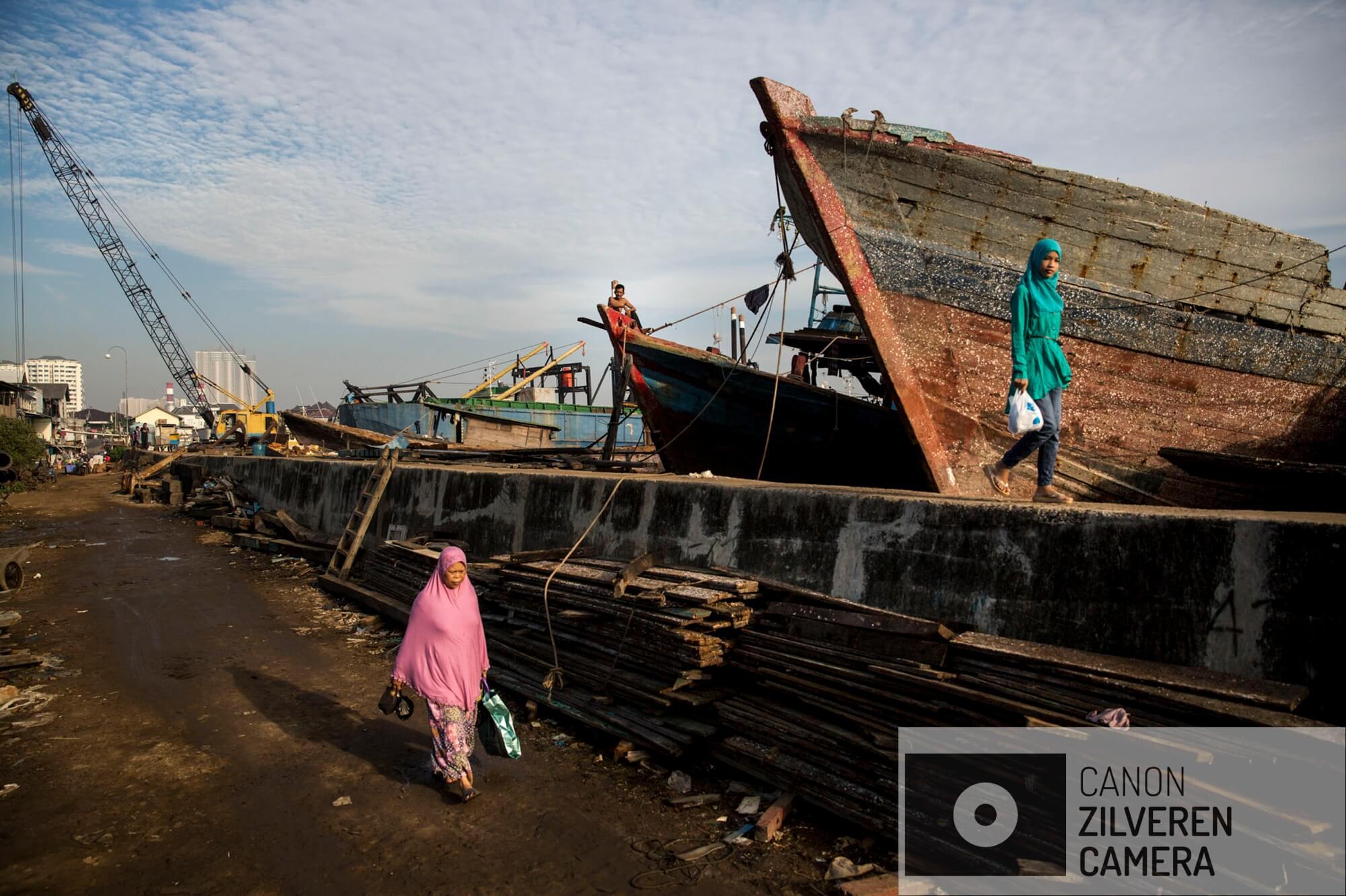 Jakarta zinkt snel, tussen 10-25 centimeter per jaar. Wanneer niets wordt gedaan zal de stad over 20-3- jaar voor een derde permanent onder water staan. Veel water gerelateerde problemen worden toegeschreven aan klimaatverandering en de verwachte zeespiegelstijging die daarmee samenhangt. Bodemdaling is onbekend en zal de absolute zeespiegelstijging tot een factor 10 overschrijden. Jakarta vertrouwd op een oude zeewering om de stad te beschermen tegen zee. Echter door bodemdaling zinkt deze muur snel weg in de grond en biedt weinig bescherming tegen het water. Zware regenval en een hoge rivierwater stand zorgen nu al voor problemen: de stad is veranderd in een omgekeerd aquarium. De zee is niet meer het laagste punt, het water kan nergens meer heen.Muara Baru, de wijk direct grenzend aan de zeewering is de laatste 4 jaar met 1 meter gezakt. De bewoners zijn zich niet of nauwelijks bewust van de dreigende situatie. In de baai van Jakarta wordt een nieuwe zeewering aangelegd om de oude te beschermen. Serie gemaakt tussen 2015 en 2018