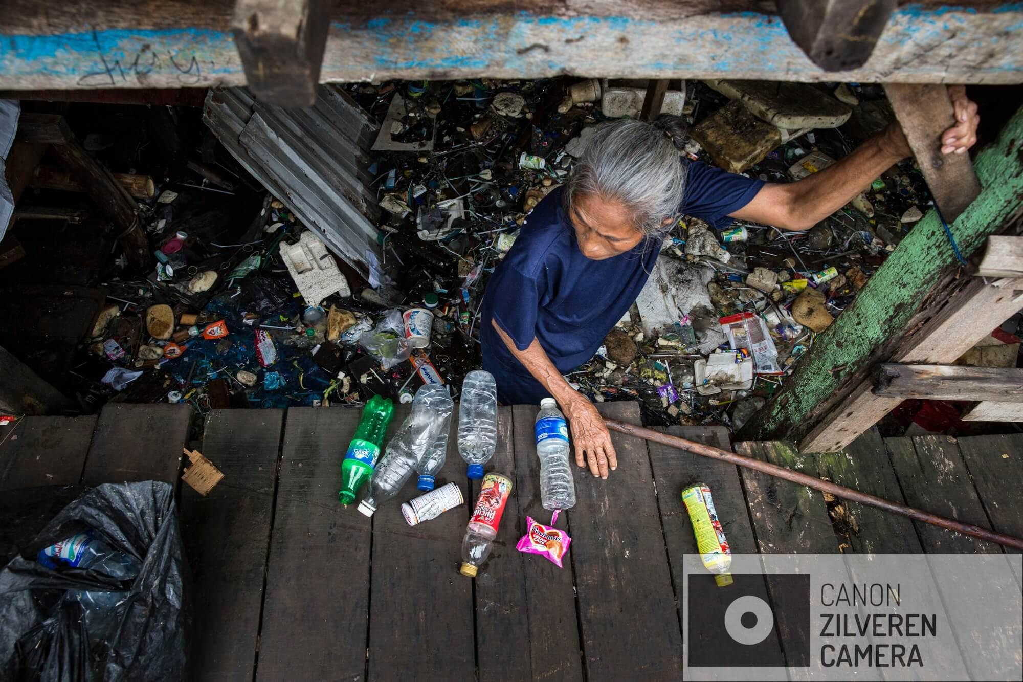 Jakarta zinkt snel, tussen 10-25 centimeter per jaar. Wanneer niets wordt gedaan zal de stad over 20-3- jaar voor een derde permanent onder water staan. Veel water gerelateerde problemen worden toegeschreven aan klimaatverandering en de verwachte zeespiegelstijging die daarmee samenhangt. Bodemdaling is onbekend en zal de absolute zeespiegelstijging tot een factor 10 overschrijden. Jakarta vertrouwd op een oude zeewering om de stad te beschermen tegen zee. Echter door bodemdaling zinkt deze muur snel weg in de grond en biedt weinig bescherming tegen het water. Zware regenval en een hoge rivierwater stand zorgen nu al voor problemen: de stad is veranderd in een omgekeerd aquarium. De zee is niet meer het laagste punt, het water kan nergens meer heen.Muara Baru, de wijk direct grenzend aan de zeewering is de laatste 4 jaar met 1 meter gezakt. De bewoners zijn zich niet of nauwelijks bewust van de dreigende situatie. In de baai van Jakarta wordt een nieuwe zeewering aangelegd om de oude te beschermen. Een inwoner raapt plastic van wat 4 jaar geleden nog de vloer van haar woonkamer was. Haar huis gebouwd boven de zee zakt snel in het water. Serie gemaakt tussen 2015 en 2018