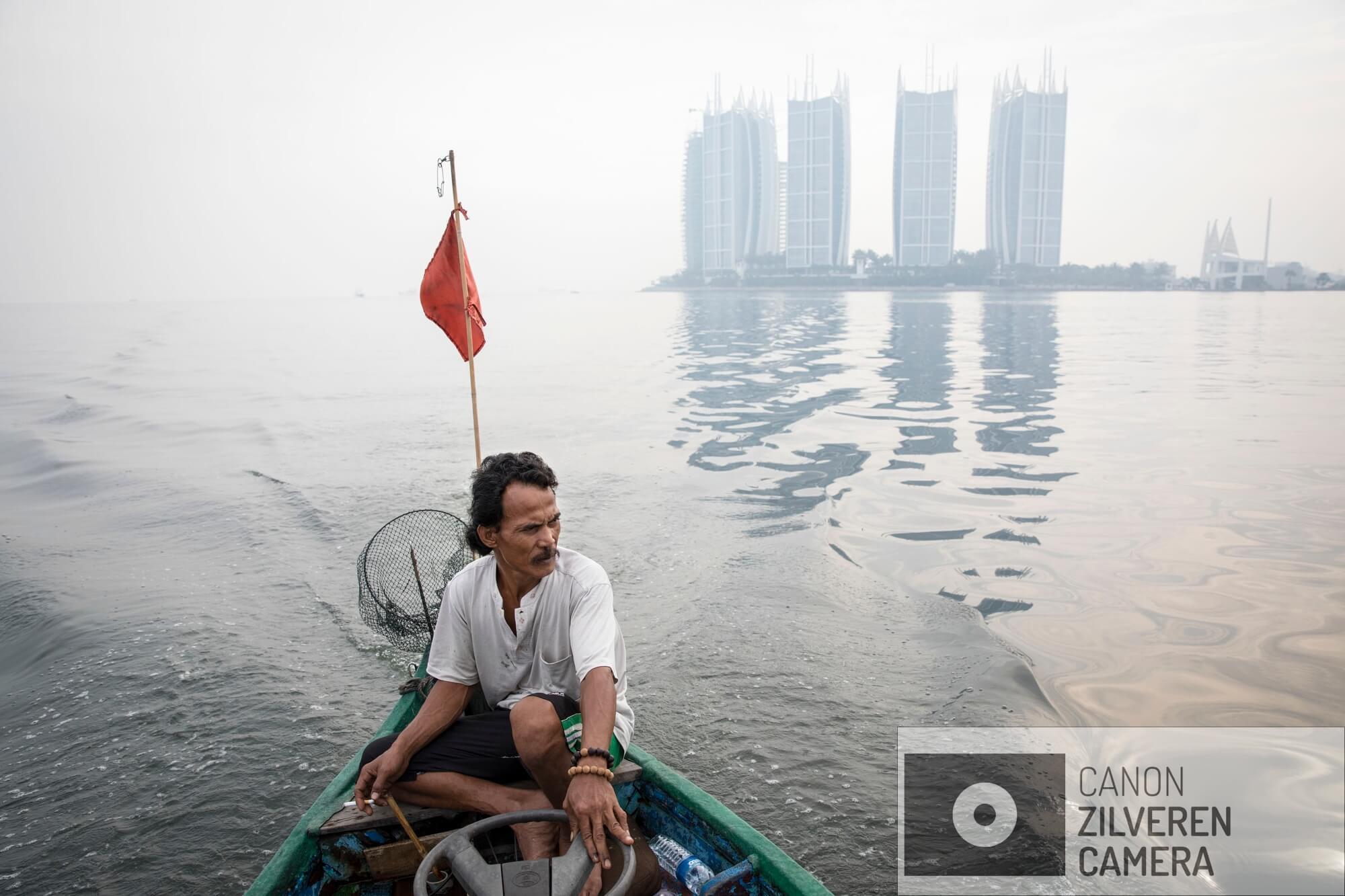 Jakarta zinkt snel, tussen 10-25 centimeter per jaar. Wanneer niets wordt gedaan zal de stad over 20-3- jaar voor een derde permanent onder water staan. Veel water gerelateerde problemen worden toegeschreven aan klimaatverandering en de verwachte zeespiegelstijging die daarmee samenhangt. Bodemdaling is onbekend en zal de absolute zeespiegelstijging tot een factor 10 overschrijden. Jakarta vertrouwd op een oude zeewering om de stad te beschermen tegen zee. Echter door bodemdaling zinkt deze muur snel weg in de grond en biedt weinig bescherming tegen het water. Zware regenval en een hoge rivierwater stand zorgen nu al voor problemen: de stad is veranderd in een omgekeerd aquarium. De zee is niet meer het laagste punt, het water kan nergens meer heen.De almaar groeiende economie heeft behoefte aan water.  Dit water moet opgepompt worden uit de grond. En is de hoofdoorzaak voor de bodemdaling van Jakarta.Serie gemaakt tussen 2015 en 2018
