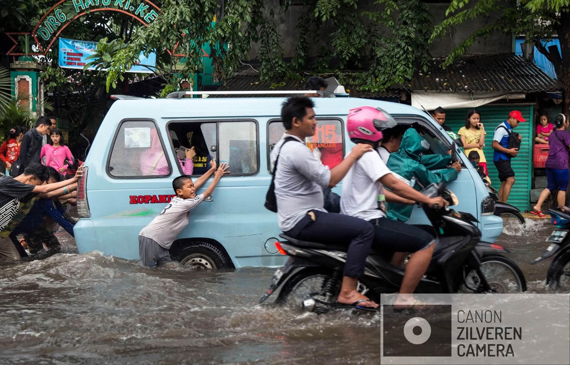 Jakarta zinkt snel, tussen 10-25 centimeter per jaar. Wanneer niets wordt gedaan zal de stad over 20-3- jaar voor een derde permanent onder water staan. Veel water gerelateerde problemen worden toegeschreven aan klimaatverandering en de verwachte zeespiegelstijging die daarmee samenhangt. Bodemdaling is onbekend en zal de absolute zeespiegelstijging tot een factor 10 overschrijden. Jakarta vertrouwd op een oude zeewering om de stad te beschermen tegen zee. Echter door bodemdaling zinkt deze muur snel weg in de grond en biedt weinig bescherming tegen het water. Zware regenval en een hoge rivierwater stand zorgen nu al voor problemen: de stad is veranderd in een omgekeerd aquarium. De zee is niet meer het laagste punt, het water kan nergens meer heen.Februari is het hoogte punt van de regentijd. Intense regenval, een gebrek aan een fatsoenlijk drainage system en bodemdaling veroorzaken ernstige overstromingen. Serie gemaakt tussen 2015 en 2018