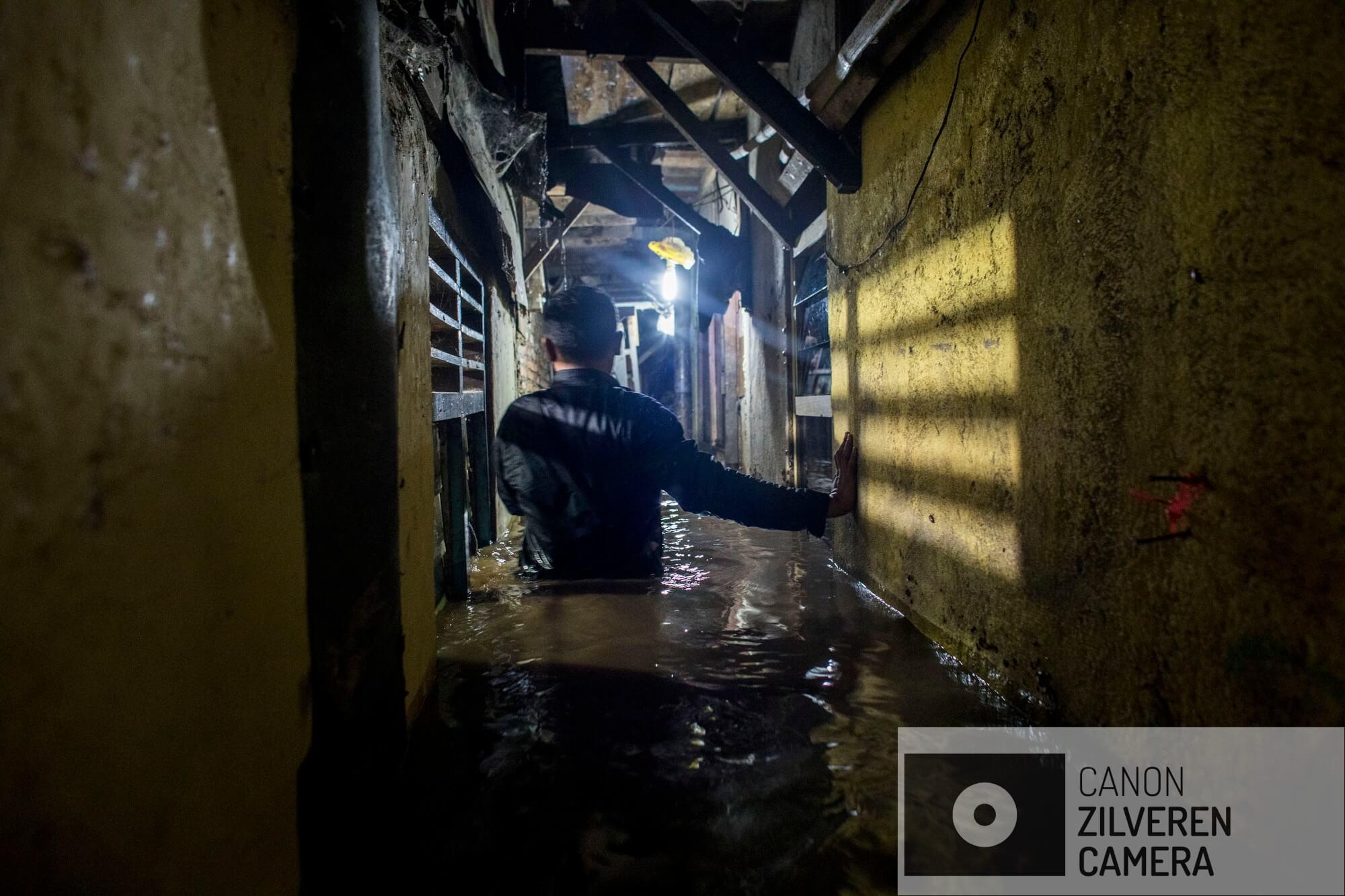 Jakarta zinkt snel, tussen 10-25 centimeter per jaar. Wanneer niets wordt gedaan zal de stad over 20-3- jaar voor een derde permanent onder water staan. Veel water gerelateerde problemen worden toegeschreven aan klimaatverandering en de verwachte zeespiegelstijging die daarmee samenhangt. Bodemdaling is onbekend en zal de absolute zeespiegelstijging tot een factor 10 overschrijden. Jakarta vertrouwd op een oude zeewering om de stad te beschermen tegen zee. Echter door bodemdaling zinkt deze muur snel weg in de grond en biedt weinig bescherming tegen het water. Zware regenval en een hoge rivierwater stand zorgen nu al voor problemen: de stad is veranderd in een omgekeerd aquarium. De zee is niet meer het laagste punt, het water kan nergens meer heen.Illegaal gebouwde huizen op de oevers van de Ciliwung overstromen. In de regentijd overstroomt de rivier regelmatig. De wijken staan 1.5 meter onder water en bewoners moeten gedwongen hun huizen te verlaten. Serie gemaakt tussen 2015 en 2018