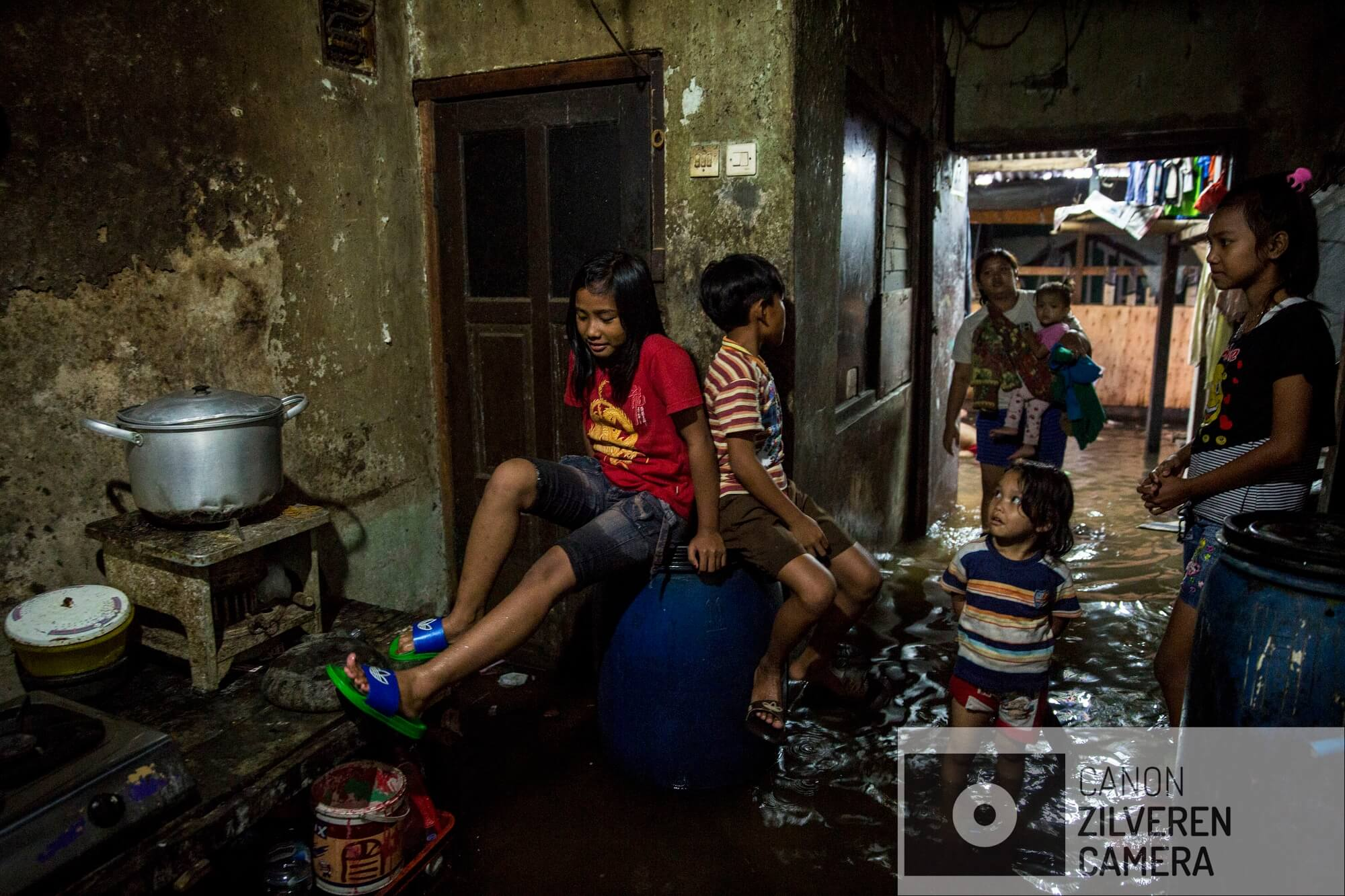 Jakarta zinkt snel, tussen 10-25 centimeter per jaar. Wanneer niets wordt gedaan zal de stad over 20-3- jaar voor een derde permanent onder water staan. Veel water gerelateerde problemen worden toegeschreven aan klimaatverandering en de verwachte zeespiegelstijging die daarmee samenhangt. Bodemdaling is onbekend en zal de absolute zeespiegelstijging tot een factor 10 overschrijden. Jakarta vertrouwd op een oude zeewering om de stad te beschermen tegen zee. Echter door bodemdaling zinkt deze muur snel weg in de grond en biedt weinig bescherming tegen het water. Zware regenval en een hoge rivierwater stand zorgen nu al voor problemen: de stad is veranderd in een omgekeerd aquarium. De zee is niet meer het laagste punt, het water kan nergens meer heen.In de regentijd staat het grootste deel van de wijkf Kampung Aquarium permanent onder water. Scholen zijn dagenlang dicht en de kinderen spelen thuis in het vervuilde water. Serie gemaakt tussen 2015 en 2018