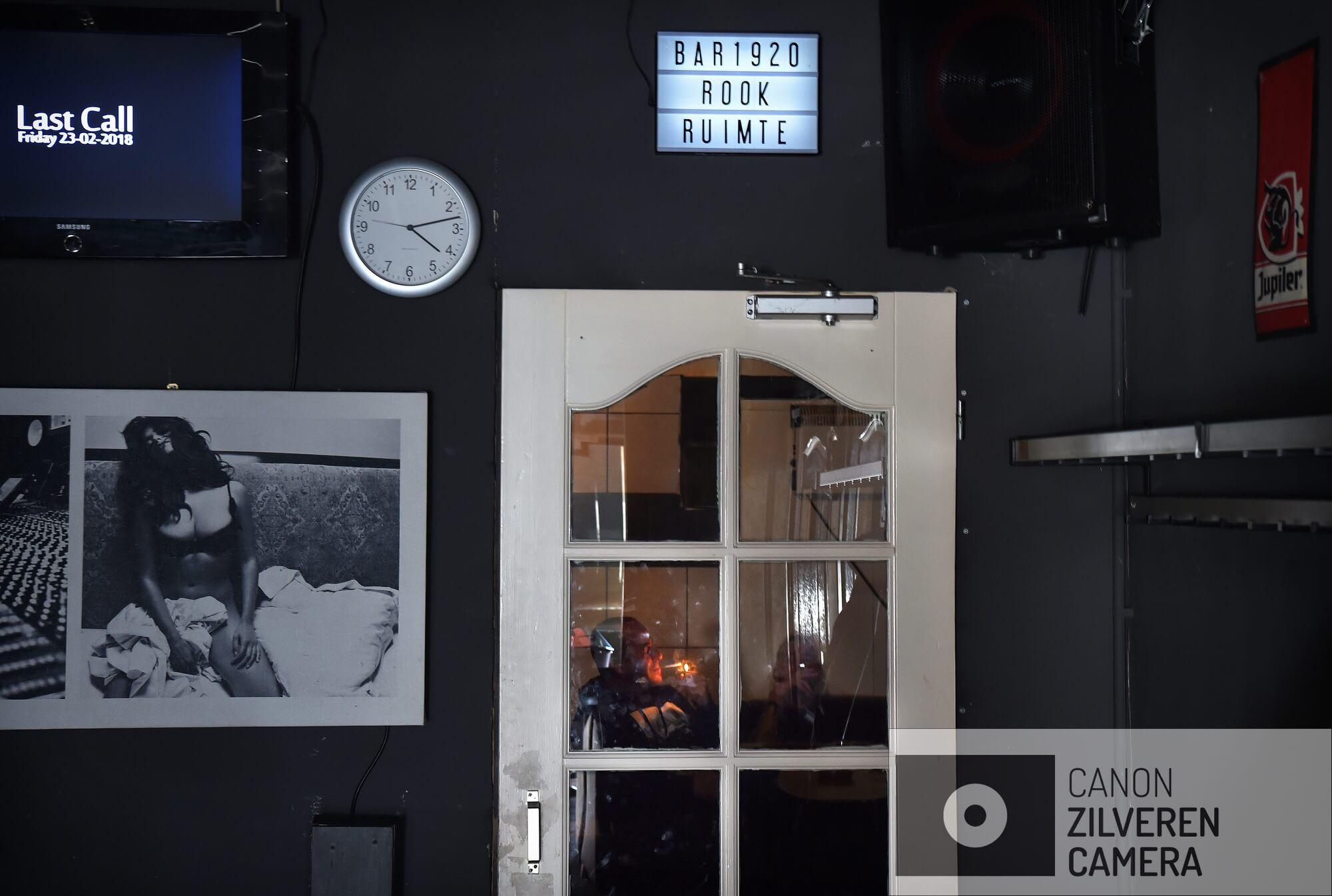 16-2-2018 Druten2dRookruimtes moeten weer worden gesloten. Heeft elke ondernemer inmiddels eindelijk een inpandige rookruimte gebouwd. En nu moet die ruimte per 1 juli 2022 weer verdwijnen. Het ontmoedigingsbeleid van de overheid met betrekking tot roken zet zich voort.rookruimte in horeca in Bar 1920