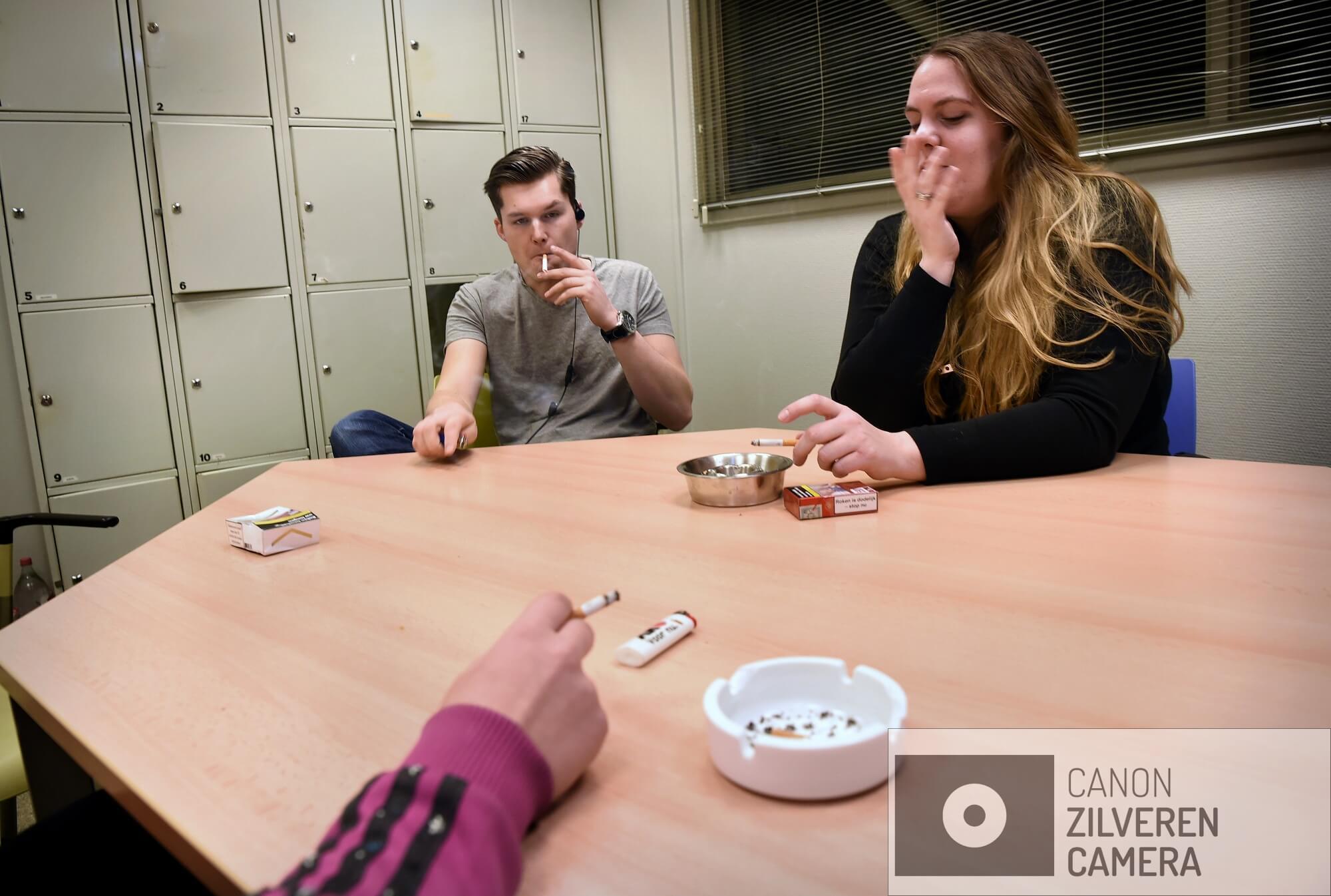 17-2-2018 Beneden-Leeuwen 2f Rookruimtes moeten weer worden gesloten.  Heeft elke ondernemer inmiddels eindelijk een inpandige rookruimte gebouwd. En nu moet die ruimte per 1 juli 2022 weer verdwijnen. Het ontmoedigingsbeleid van de overheid met betrekking tot roken zet zich voort. rookruimte in personeelsruimte supermarkt