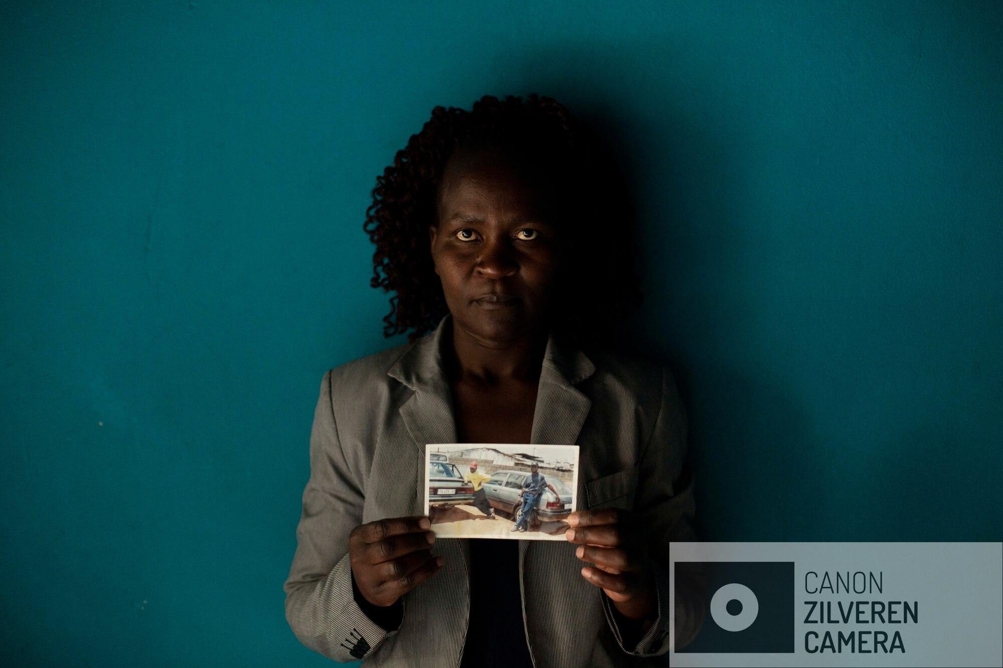 De Zimbabwaanse Banele Nkomo houdt een foto vast van haar vermiste broer, Francis. Ze heeft geen idee wat er met hem gebeurd is en heeft al vele jaren niks van haar broer vernomen. Ze zegt dat ze hem iedere dag mist en hoopt ooit informatie te krijgen of hij is overleden en waar zijn lichaam is begraven om het af te kunnen sluiten.