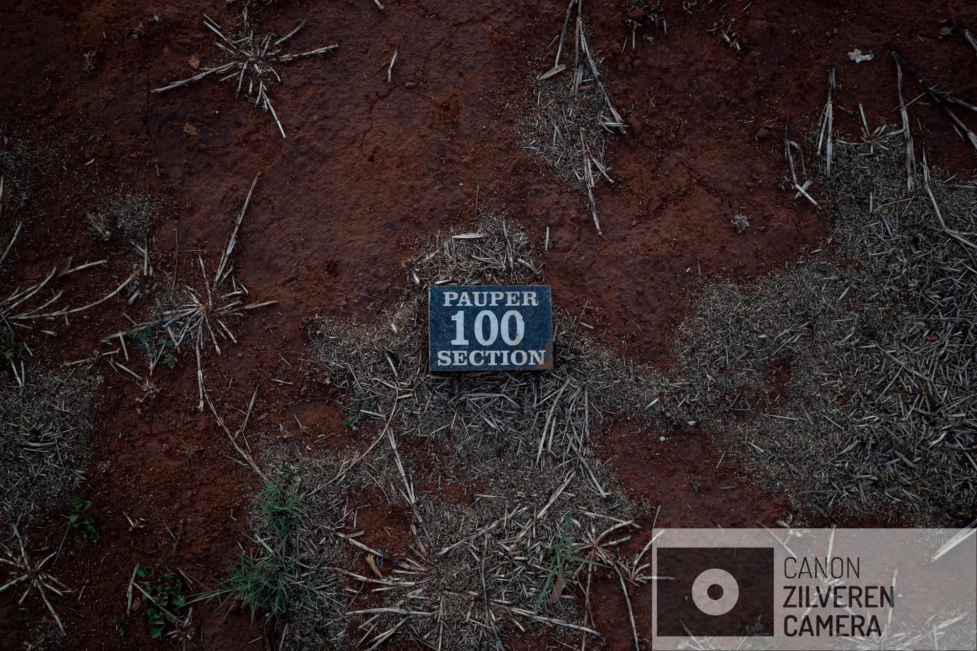 Een gedenksteen met daarop 'pauper sectie' geschreven ligt bovenop een graf in de Olifantsvlei kerkhof buiten Johannesburg. Zeker 4.311 migranten zijn in zogenoemde 'pauper' graven begraven tussen 2014 en 2017.