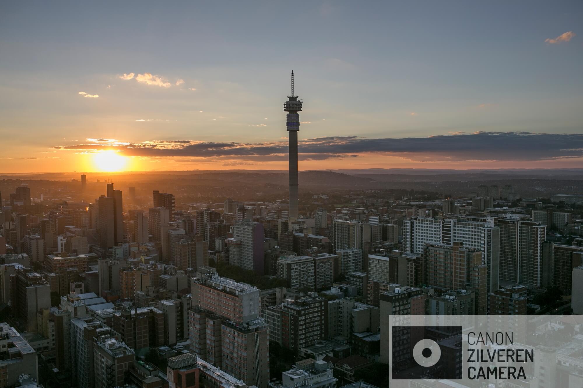 Miljoen migranten verblijven in Johannesburg downtown om werk te vinden in de bloeiende ondergrondse economie van de Gauteng provincie, vrij vertaald naar 'het land van goud'. Duizenden sterven zonder identiteit of verdwijnen simpelweg tijdens hun reis.