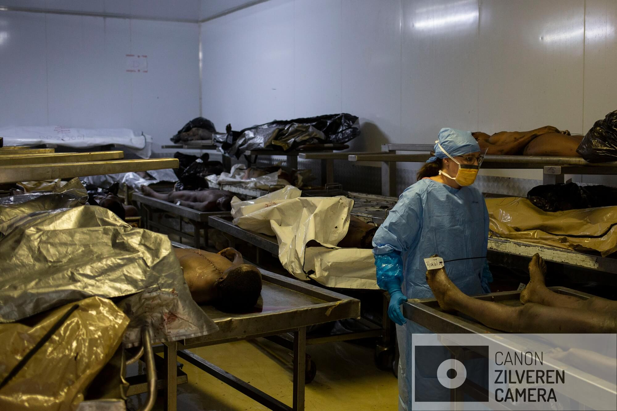 Een forensisch medewerker van het Johannesburg mortuarium in de beruchte wijk Hillbrow verplaatst een ongeïdentificeerd lichaam. Het mortuarium is het drukste van Zuid-Afrika met ongeveer 3.000 lichamen per jaar. Tien procent daarvan blijft ongeïdentificeerd.