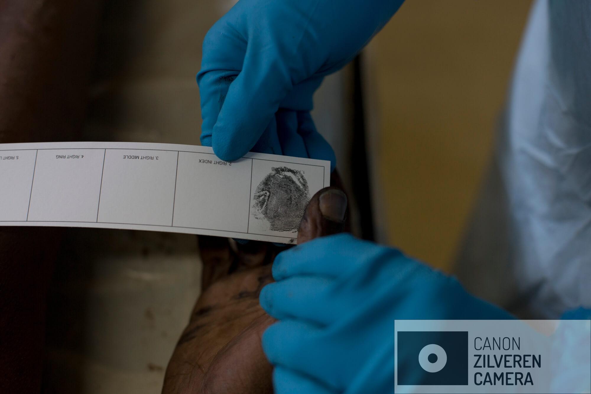 Aan patholoog neemt een vingerafdruk af van een ongeïdentificeerde man for forensisch onderzoek in het mortuarium van Johannesbrug in de beruchte wijk Hillbrow. Vingerafdrukken worden naar een database gestuurd van de Zuid-Afrikaanse politie in de hoop een match te vinden met iemand in het systeem. Alle volwassen Zuid-Afrikanen hebben hun vingerafdruk in het systeem zitten, illegale migranten niet. Als er geen match is gevonden worden ze begraven in zogenoemde 'pauper' graven.