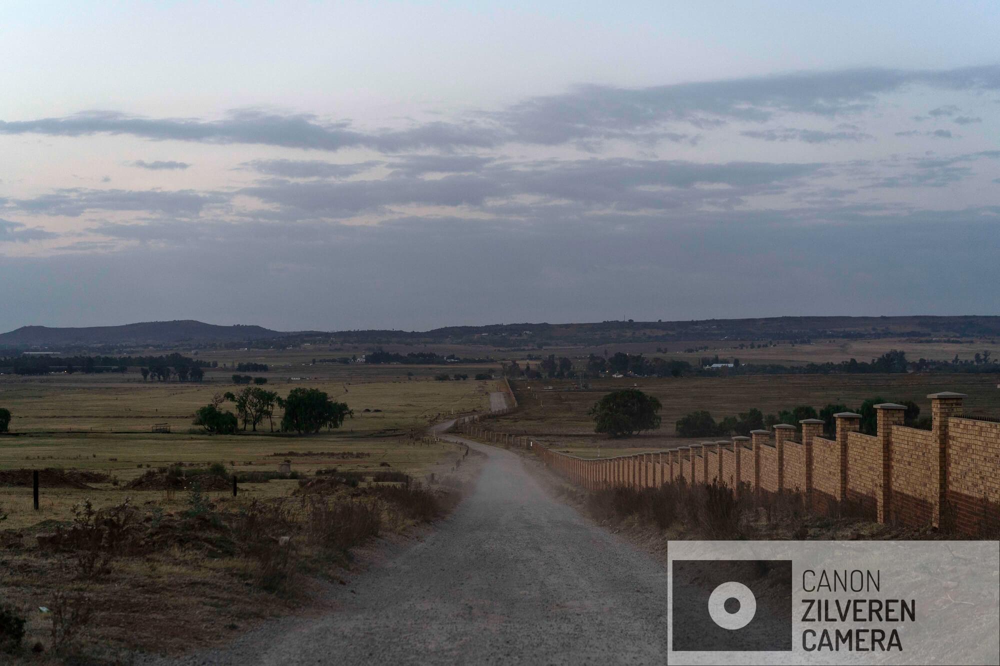 Deze weg leidt naar het Olifantsvlei kerkhof buiten Johannesburg waar ongeïdentificeerde lichamen van voornamelijk migranten worden begraven.