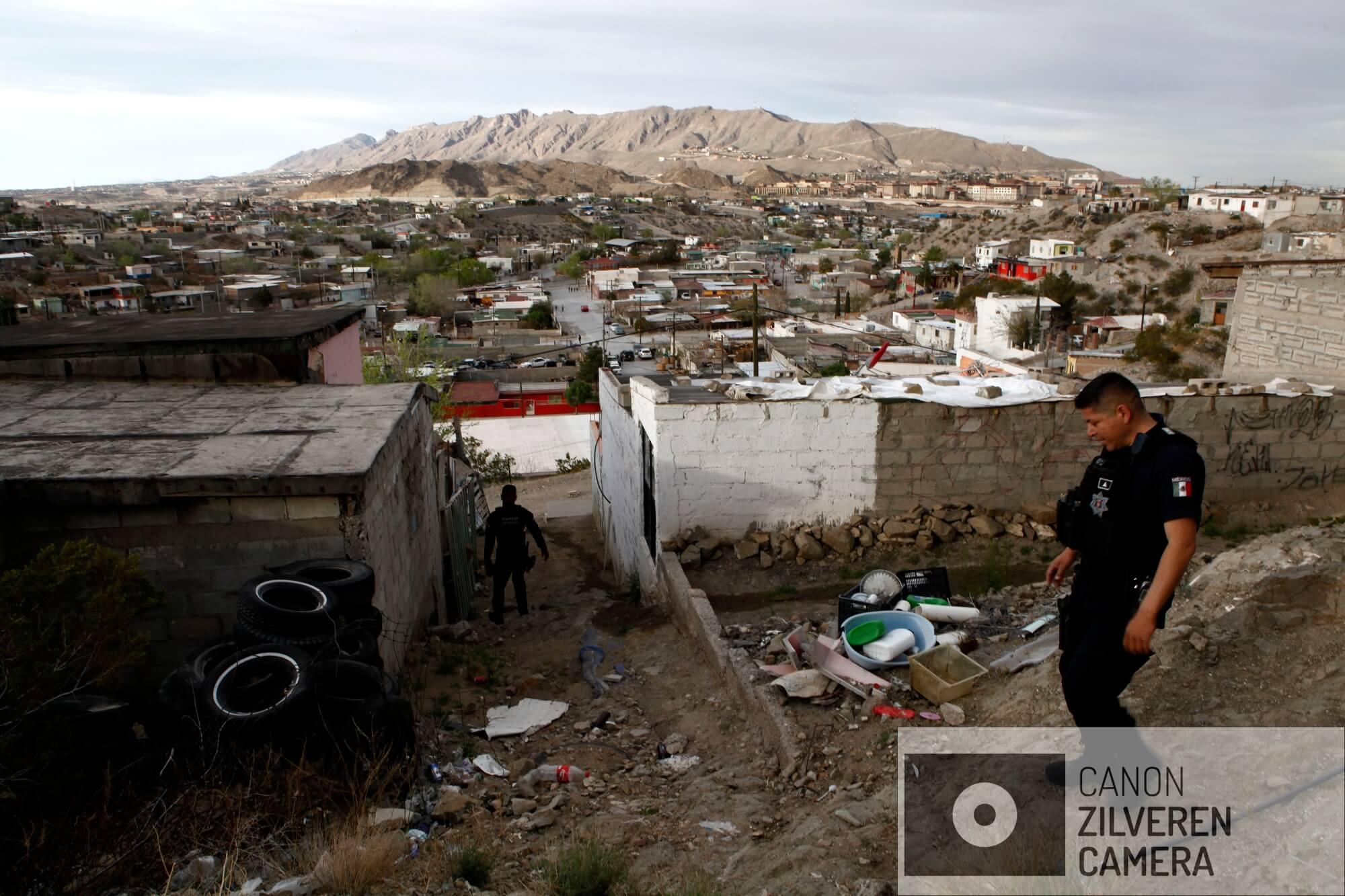 In de achterbuurten van Ciudad Juárez wordt dag en nacht gepatrouilleerd door de staatspolitie. Deze agenten proberen een paar drugsdealers op heterdaad te betrappen.