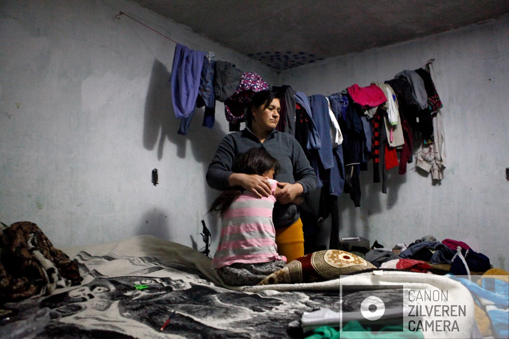 De Staatspolitie is opgeroepen bij een huis waar een jong meisje mentaal is ingestort. Ze is nog jong maar brengt haar hele leven in totale eenzaamheid door. Haar moeder moet practisch elke dag in de fabriek werken om de eindjes aan elkaar te knopen in de ghetto. Moeder probeert haar dochter te troosten.