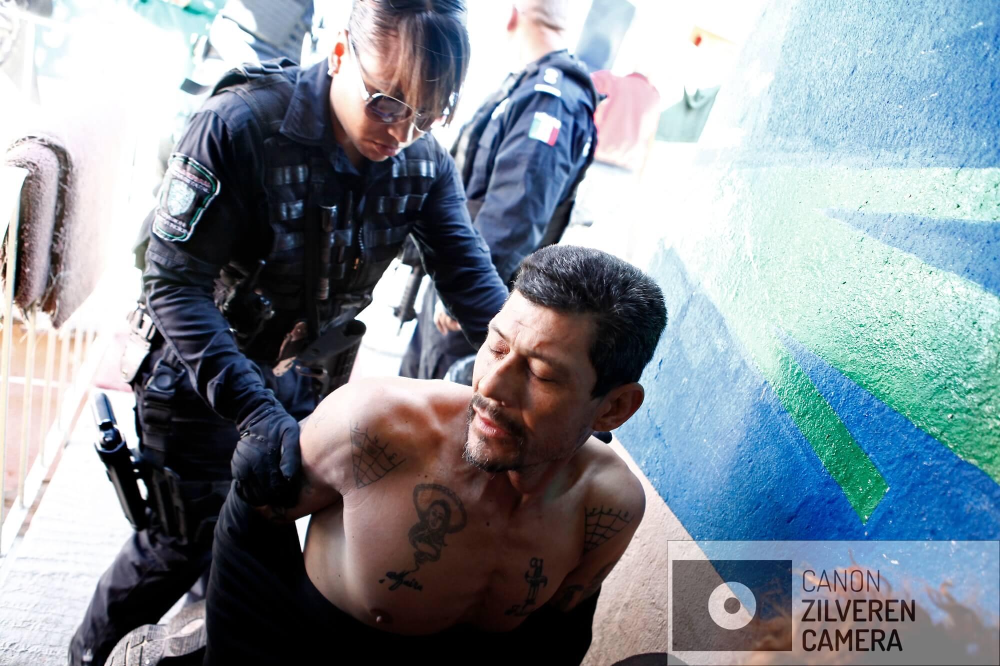 In een drugspand wordt een vermeend cartel-lid opgepakt.