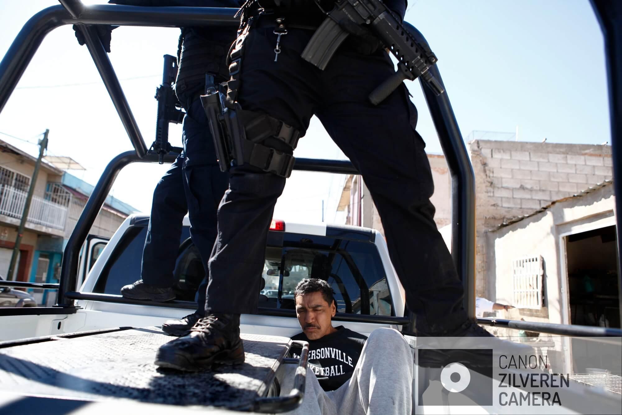 In een drugspand wordt een drugsverslaafde opgepakt die in het bezit van heroïne is. Hij wordt afgevoerd naar de gevangenis.
