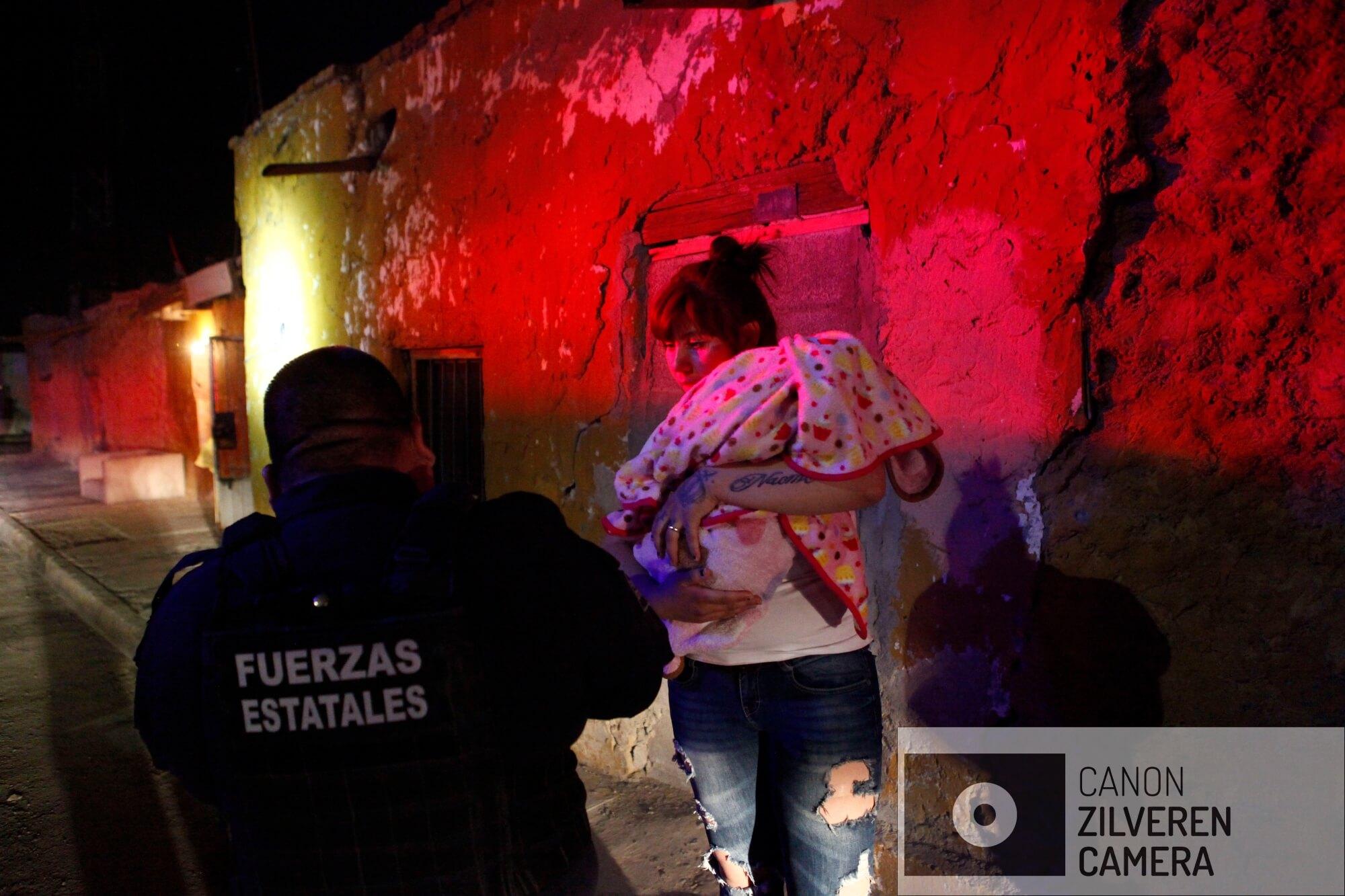 Tijdens een nachtelijke patrouille wordt de Staatspolitie opgeroepen door deze jonge moeder die door haar man werd mishandeld. Van deze laatste ontbreekt plotseling elk spoor.