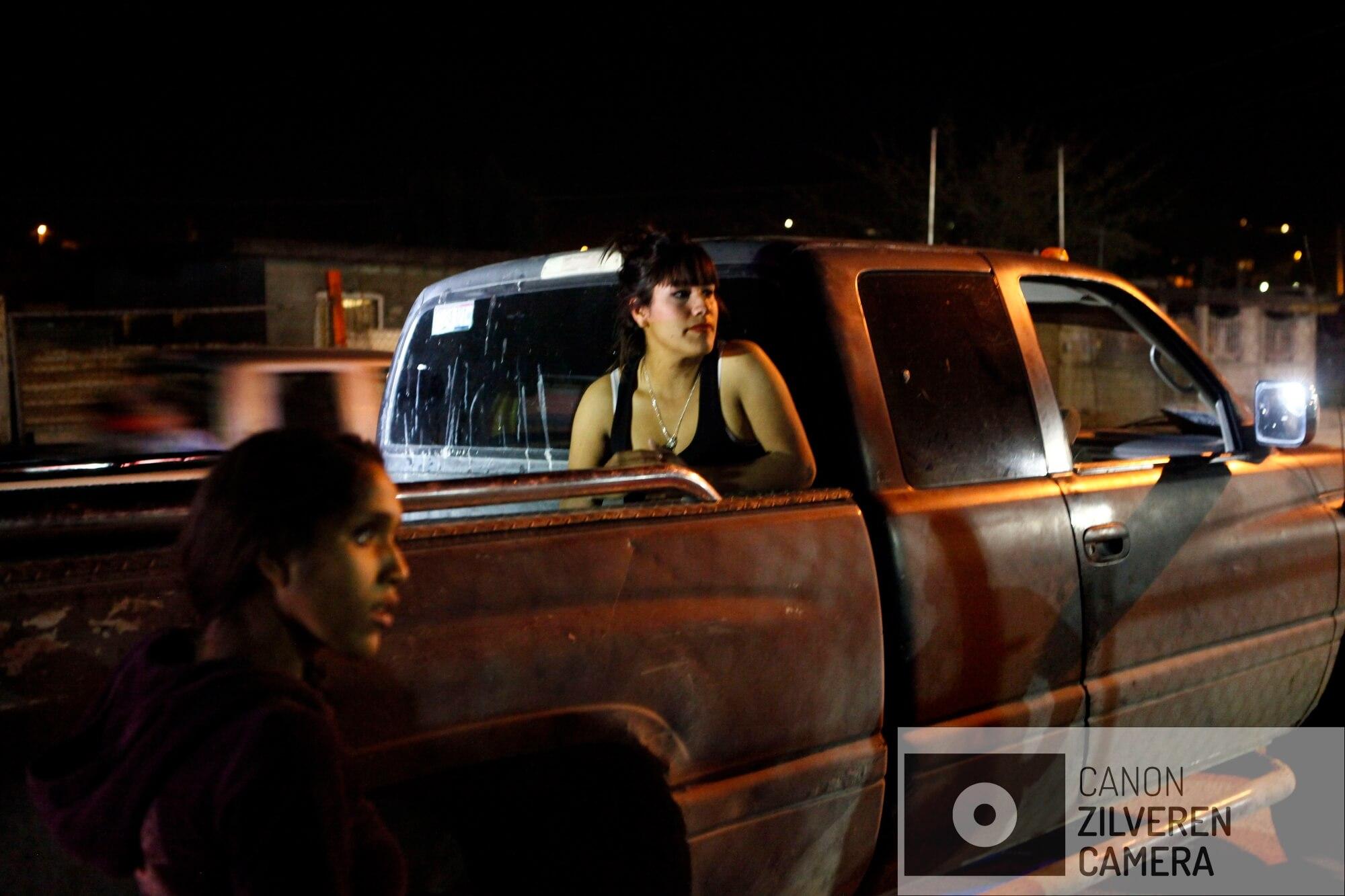 Tijdens een nachtelijke patrouille wordt de Staatspolitie opgeroepen door deze jonge vrouw die met de dood wordt bedreigd door een familie in de buurt.