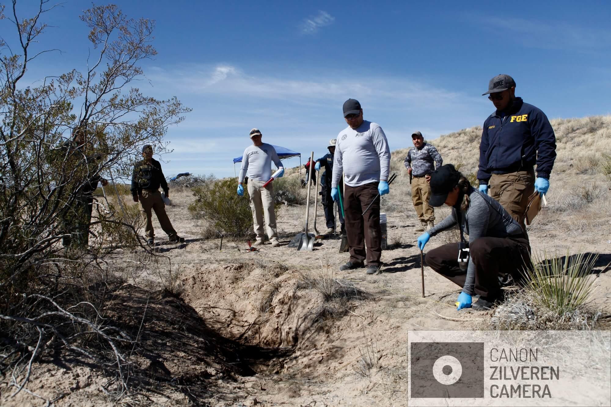 In de woestijn, vlakbij het dorpje Guadelupe, zoekt het Forensisch Team naar menselijke botten. Vandaag vinden ze botten afkomstig van drie verschillende mensen: vermoord en gedumpt in de woestijn.