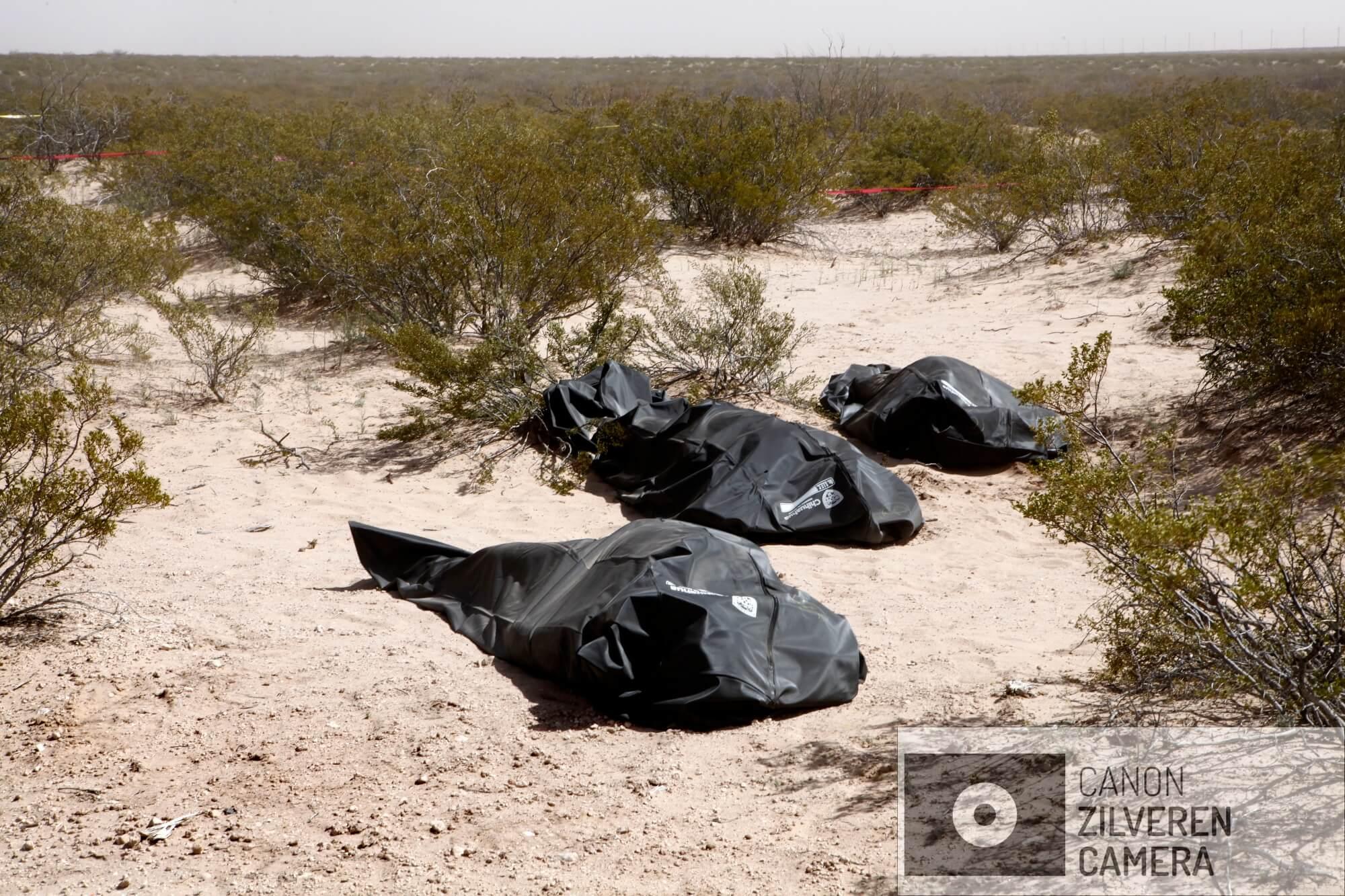 Naast een zandweg in de woestijn, ten zuiden van Ciudad Juárez, liggen de stoffelijke overschotten van drie gemartelde mannen. Een van de handen is afgesneden als boodschap naar de buitenwereld. Het Forensisch Team heeft de lichamen in body-bags gedaan.